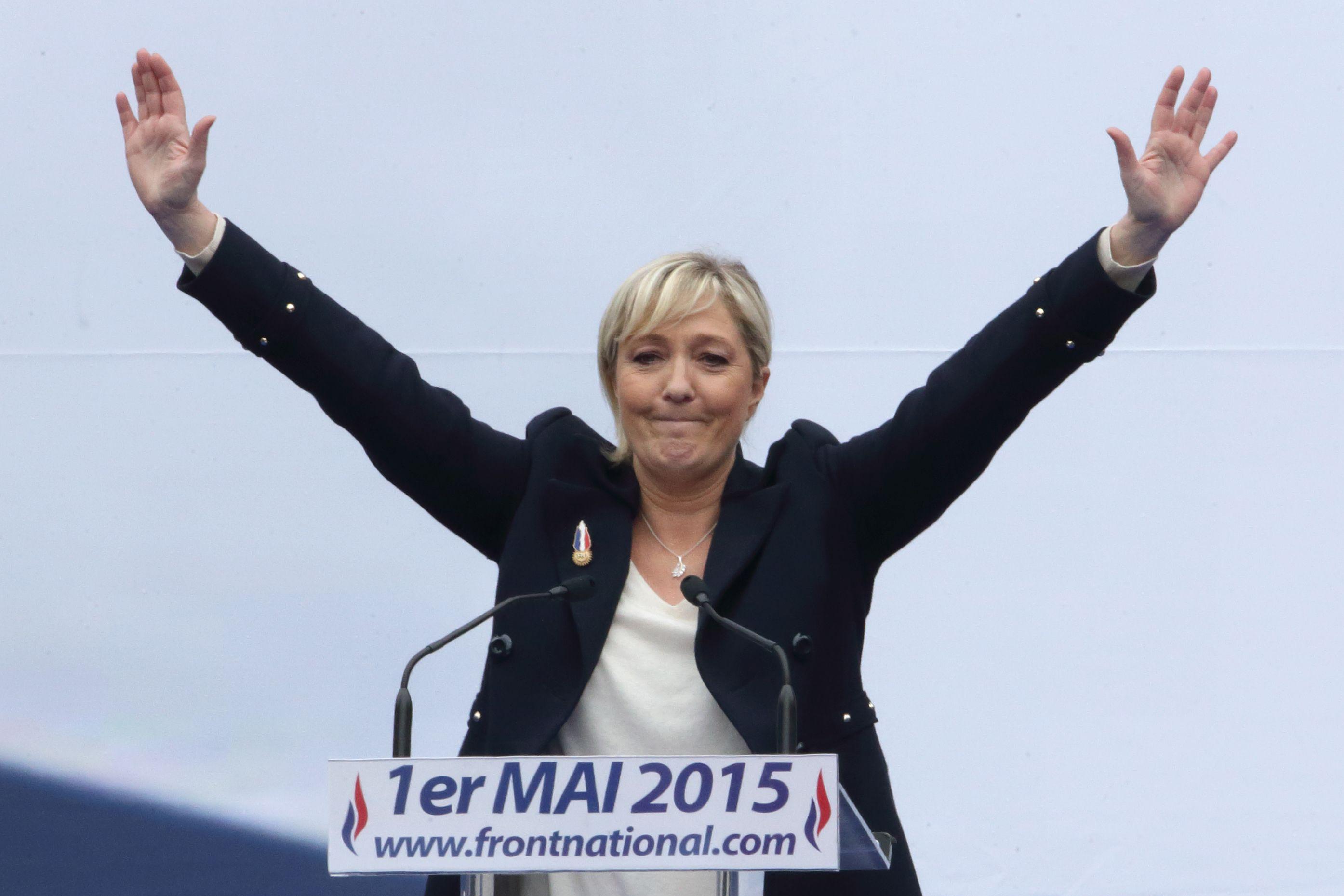Marine Le Pen perturbée dans son discours par 3 Femen : elle va porter plainte