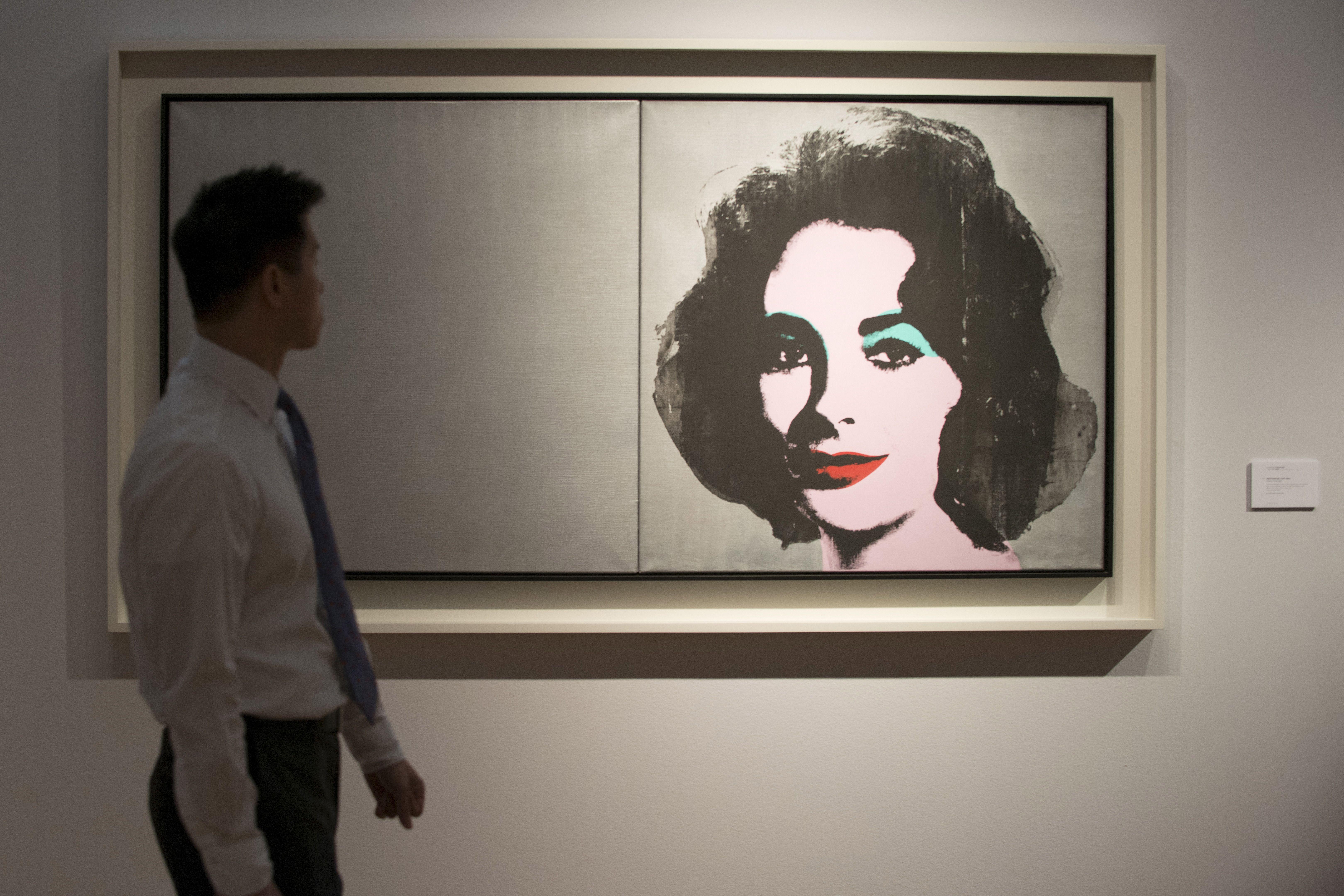 Un homme passe devant une oeuvre d'Andy Warhol.