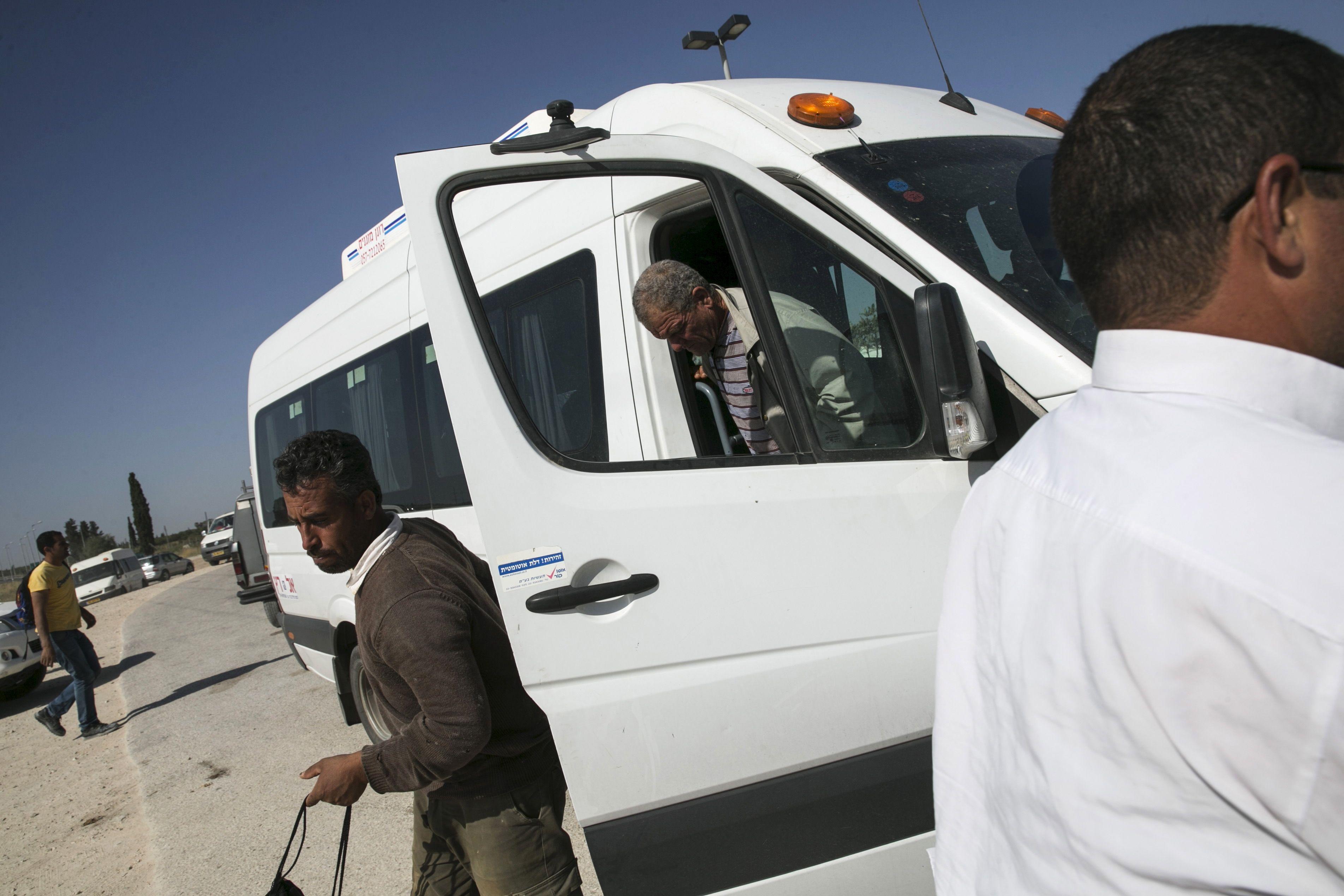 Des travailleurs palestiniens rentrent chez eux.