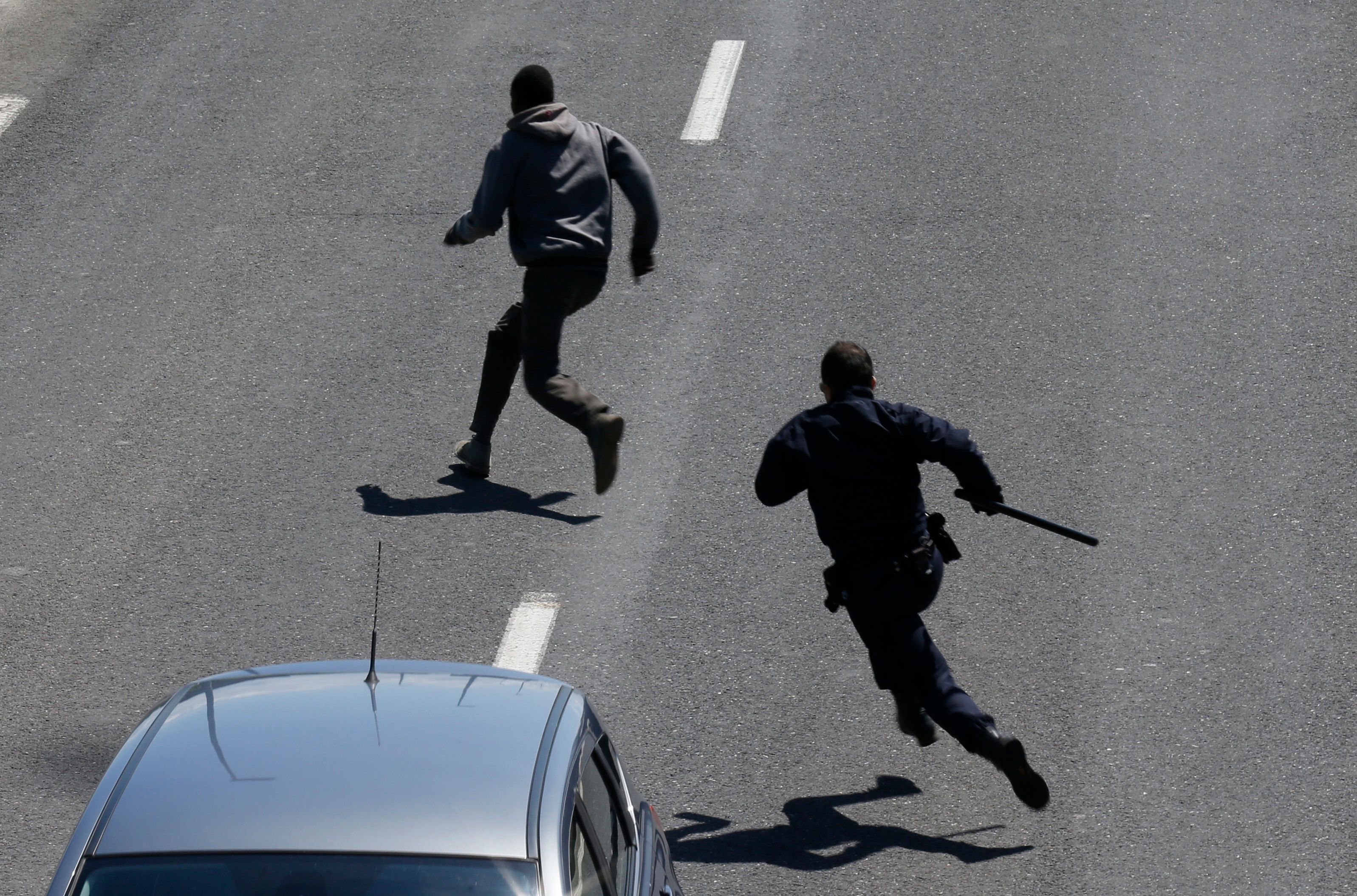 Calais: 16 policiers blessés dans des heurts avec des migrants