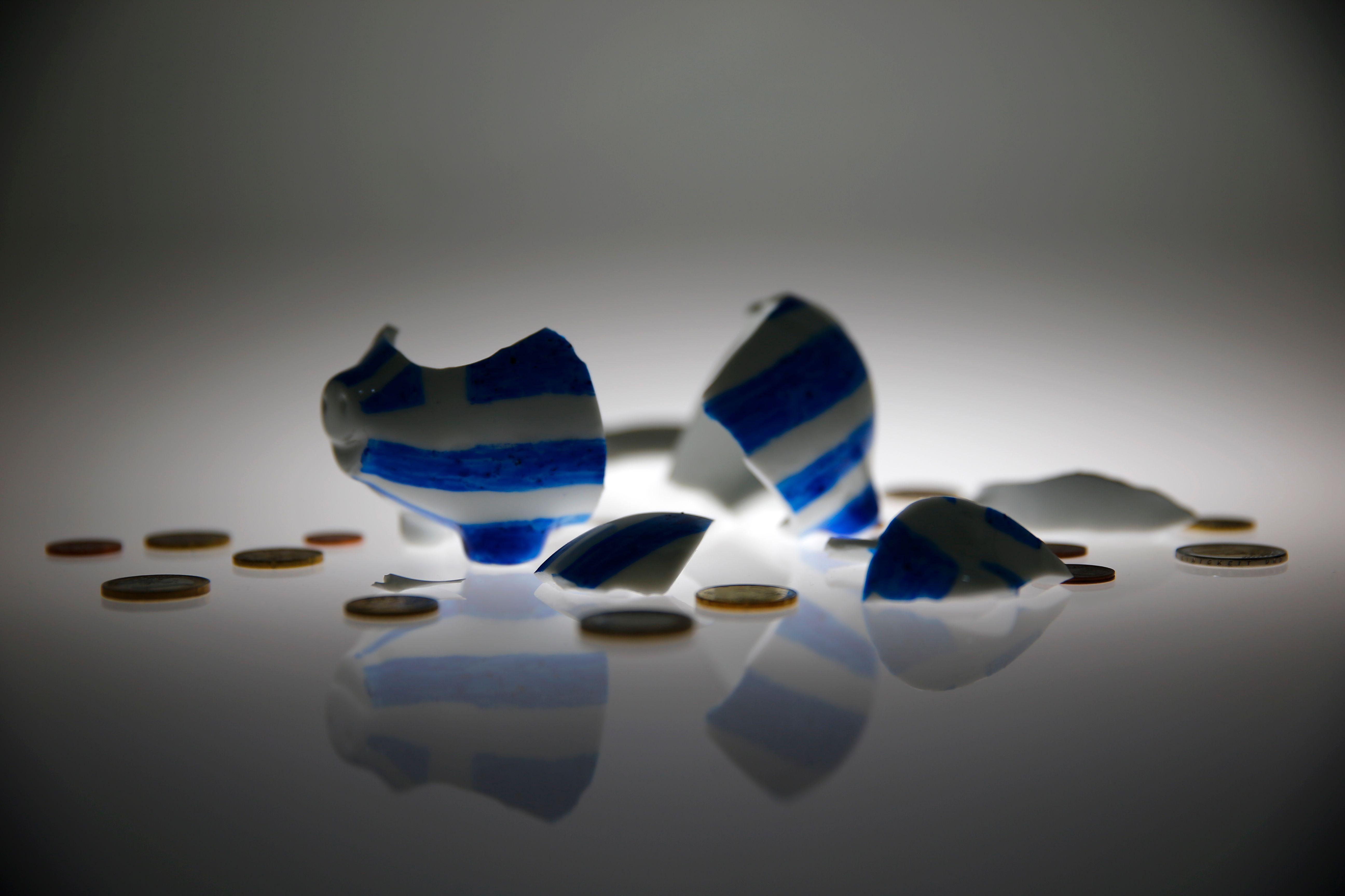 Une tirelire aux couleurs de la Grèce cassée.