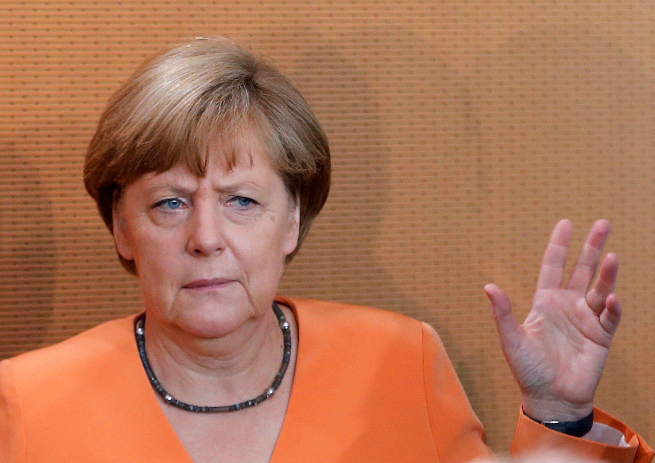Hans-Joachim Maaz évoque notamment l'entêtement dont fait preuve Angela Merkel.