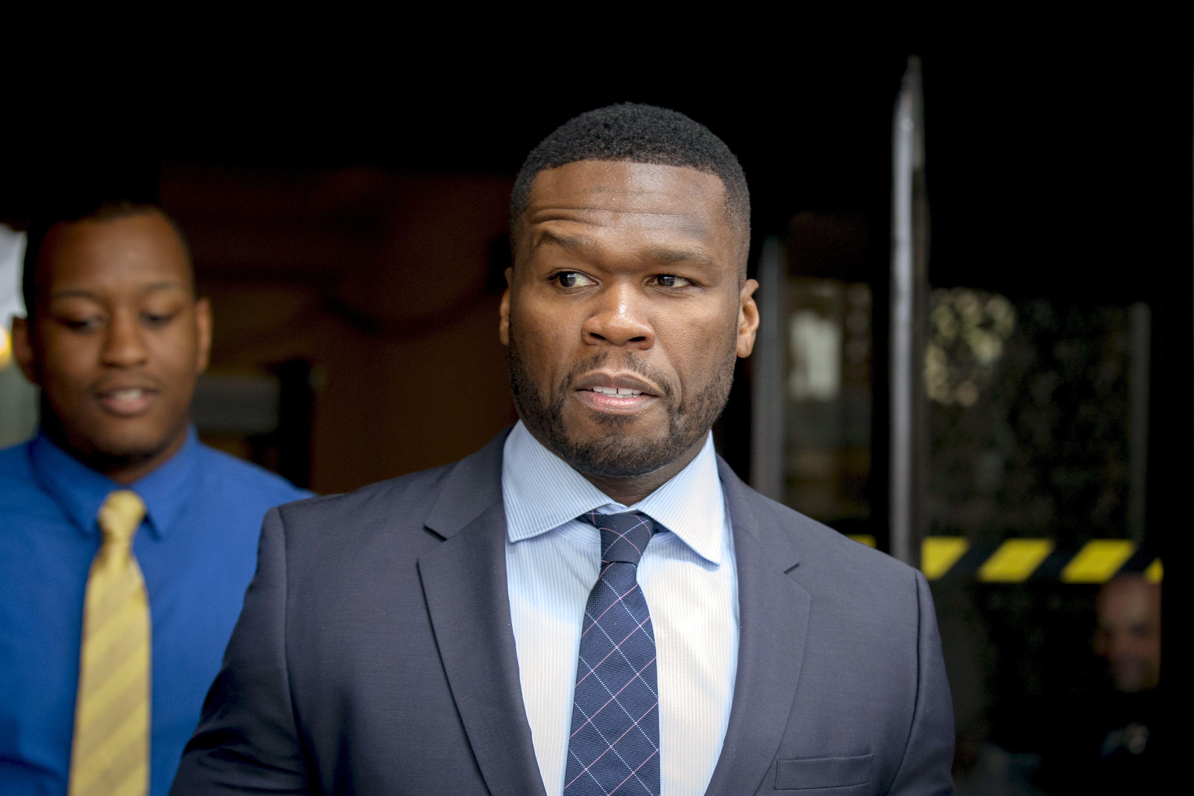 Le rappeur 50 Cent donne un coup de poing à une fan avant de la faire monter sur scène