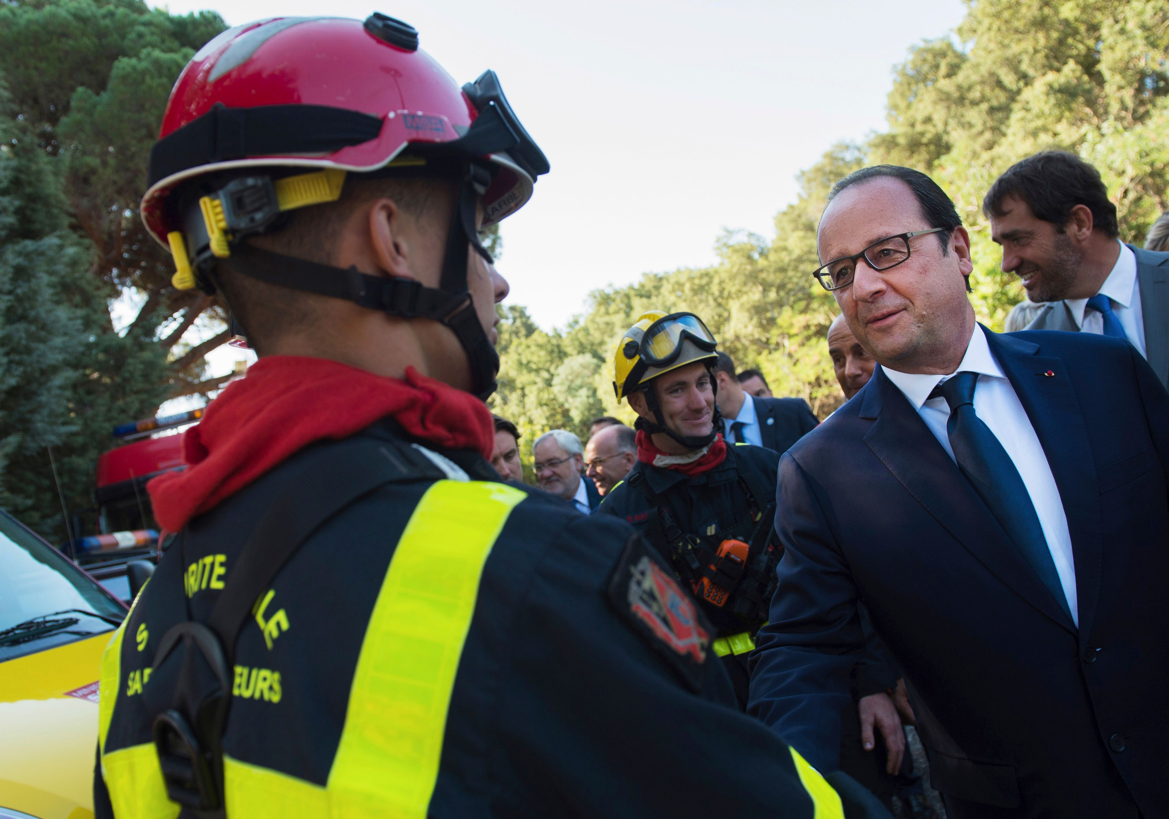 François Hollande et un pompier parisien.