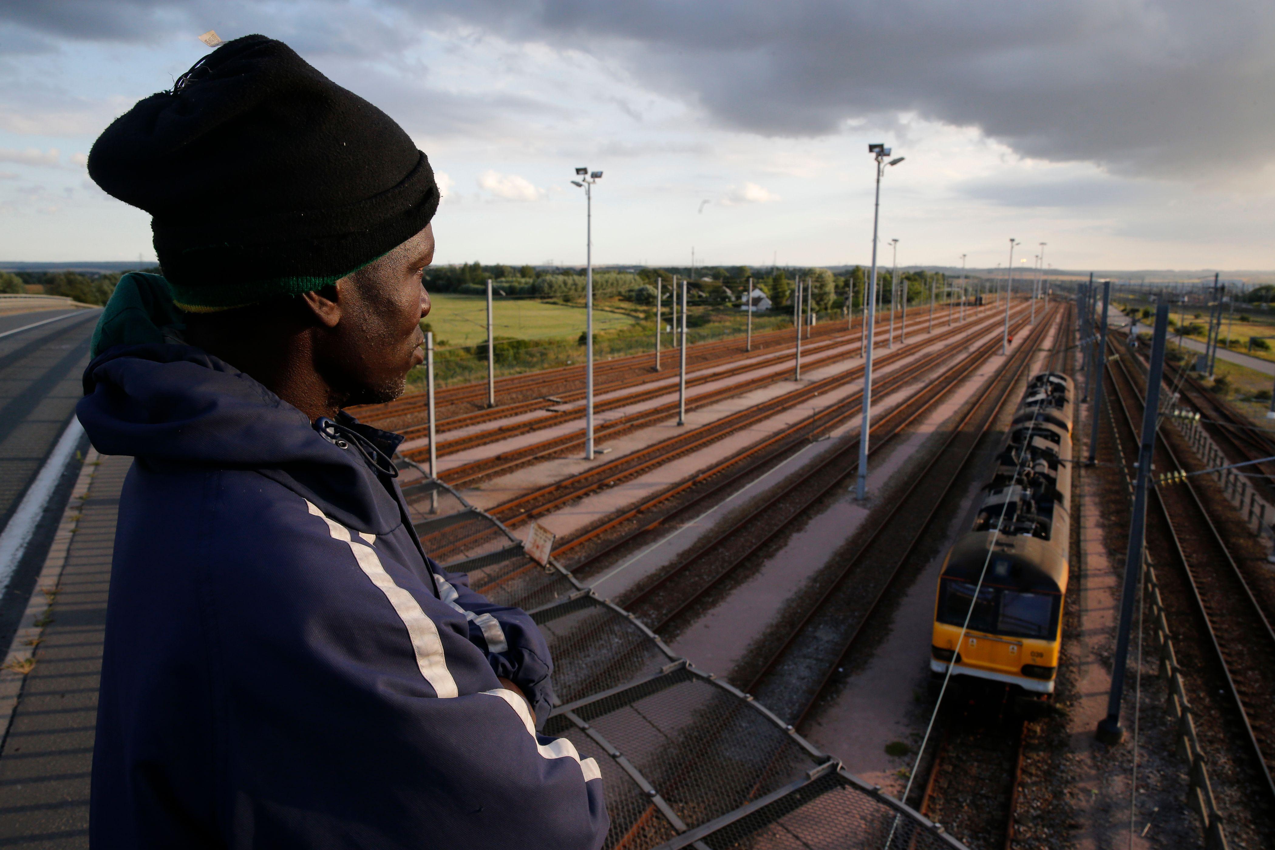 A Calais, des centaines de migrants essaient de franchir le tunnel de la Manche.
