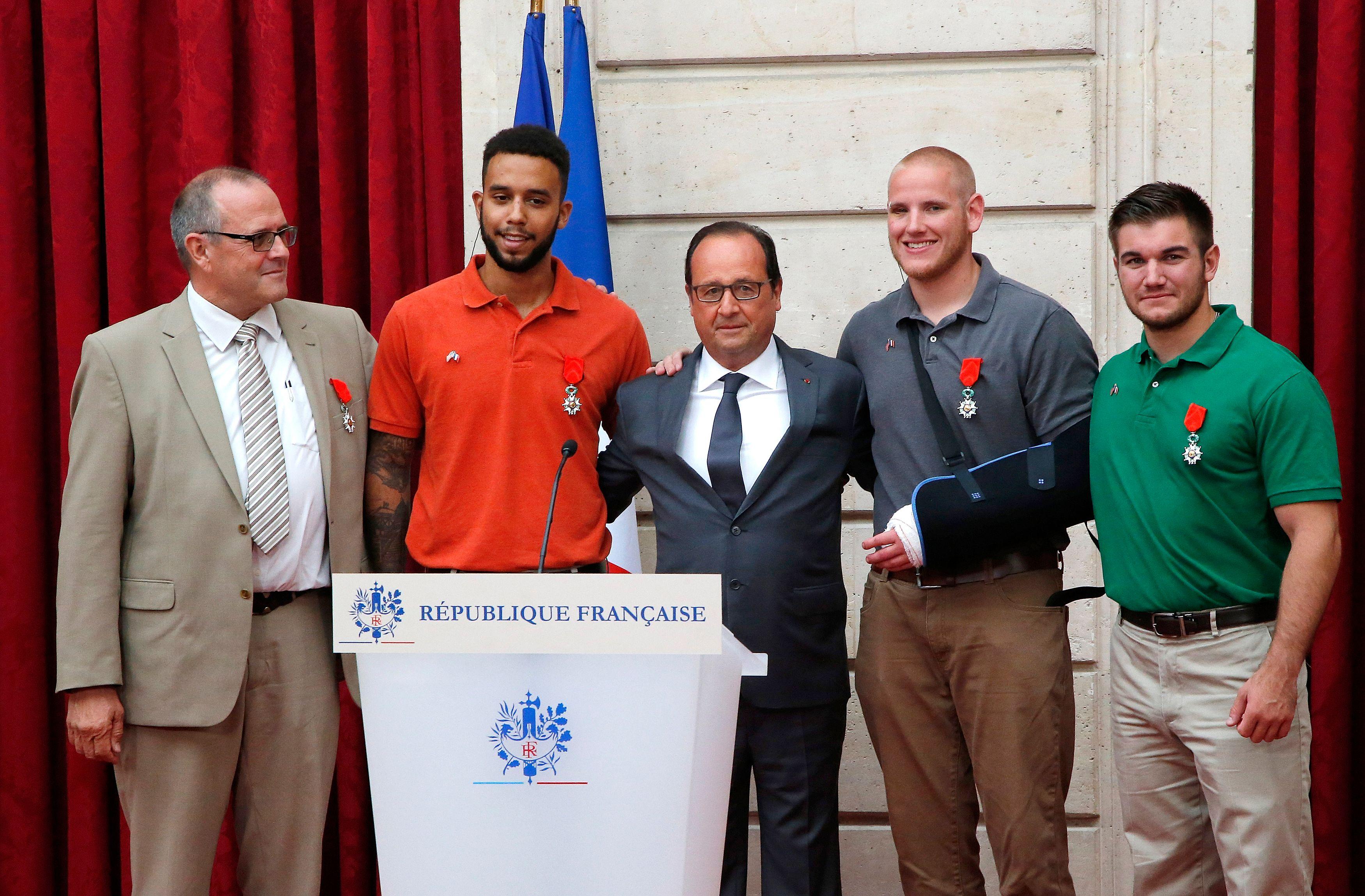 """François Hollande a rendu hommage lundi au """"courage"""" et au """"sang-froid"""" des trois Américains et du Britannique qui ont évité un attentat dans le Thalys."""