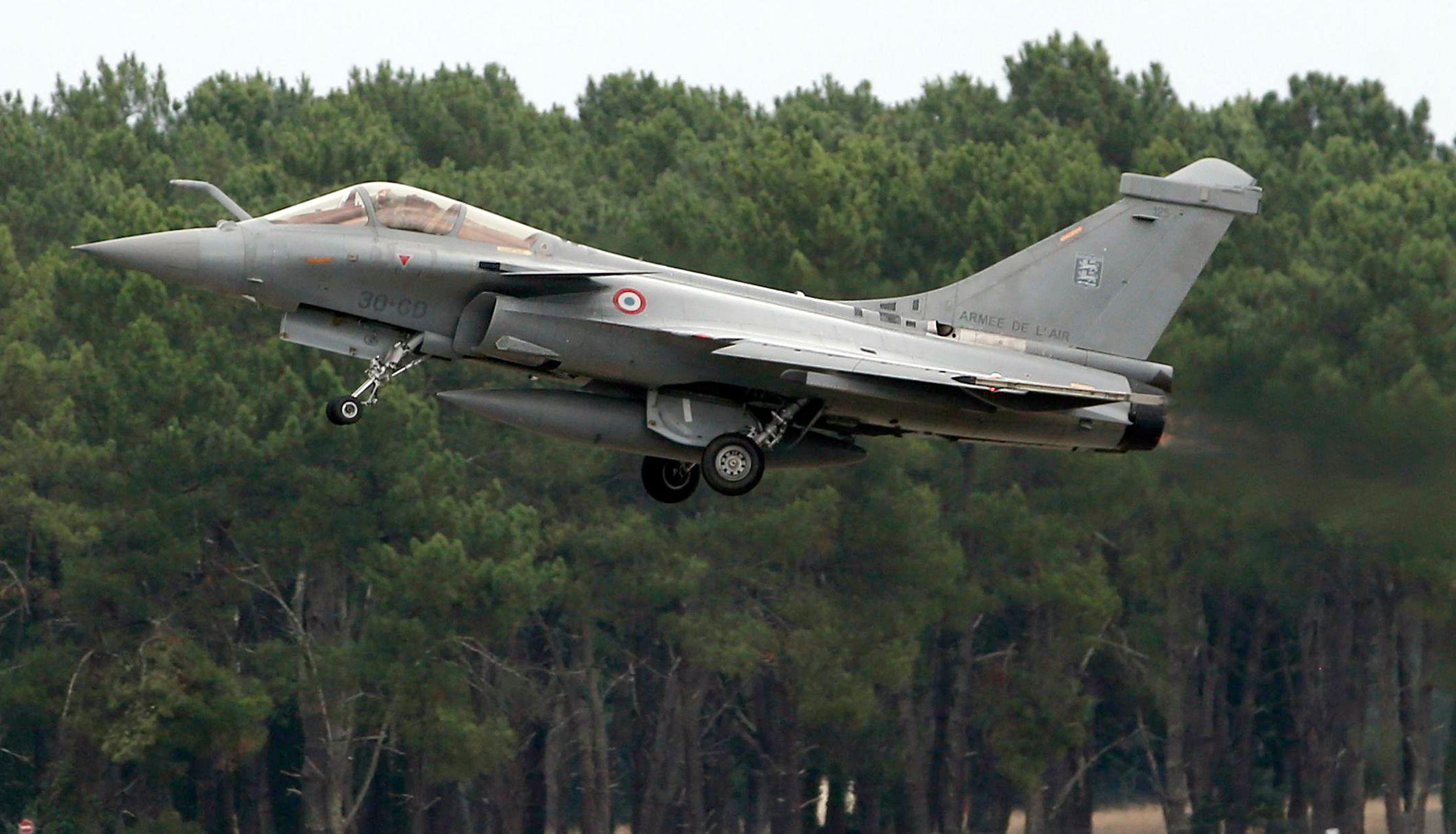 """12 avions dont 10 chasseurs bombardiers Rafale et Mirage 2000 D/N ont décollé des Émirats arabes unis et de Jordanie afin de mener un """"raid massif"""" contre Raqqa."""