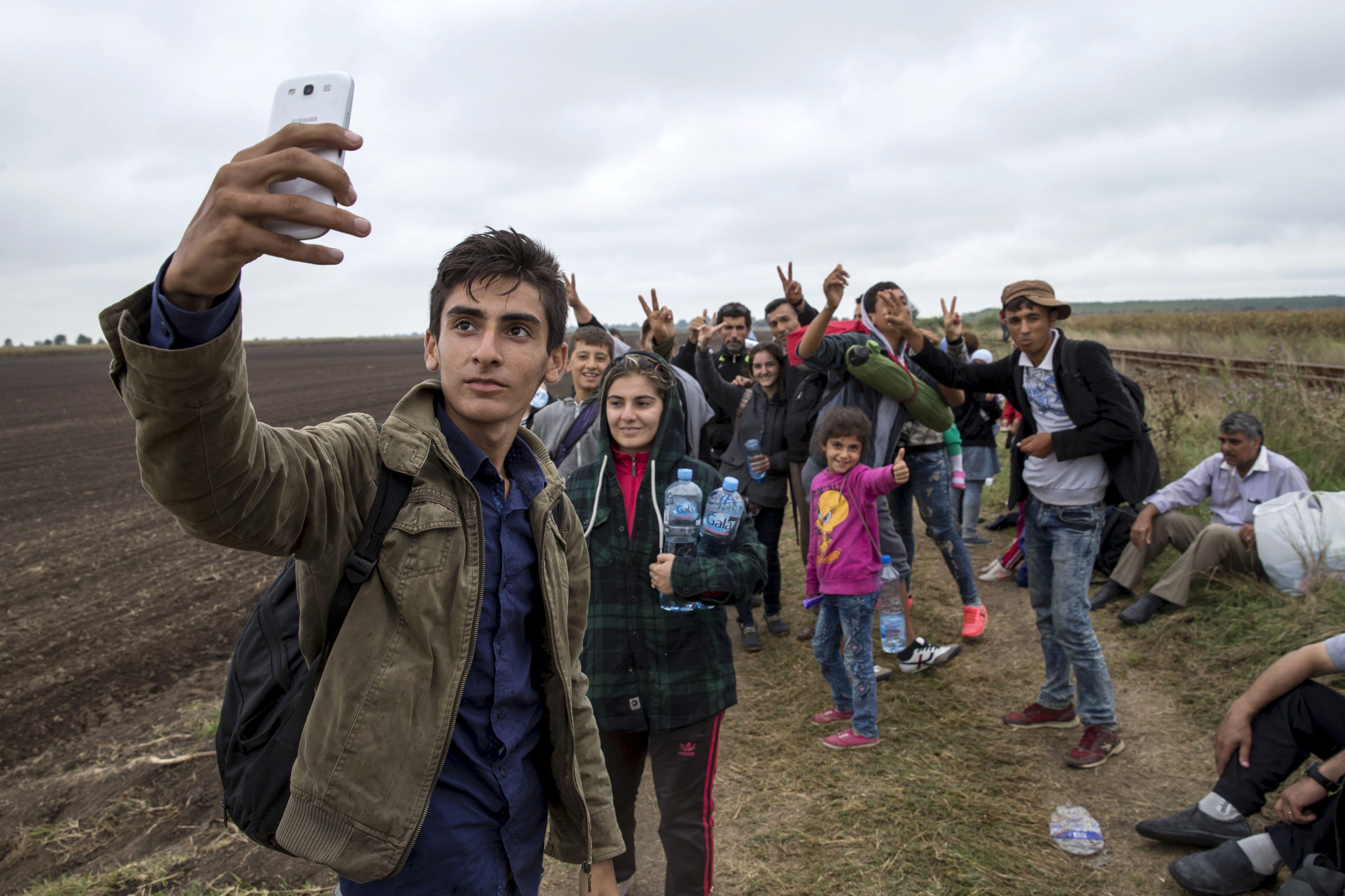 Un groupe de migrants entré en Hongrie se prend en photo, le 5 septembre.