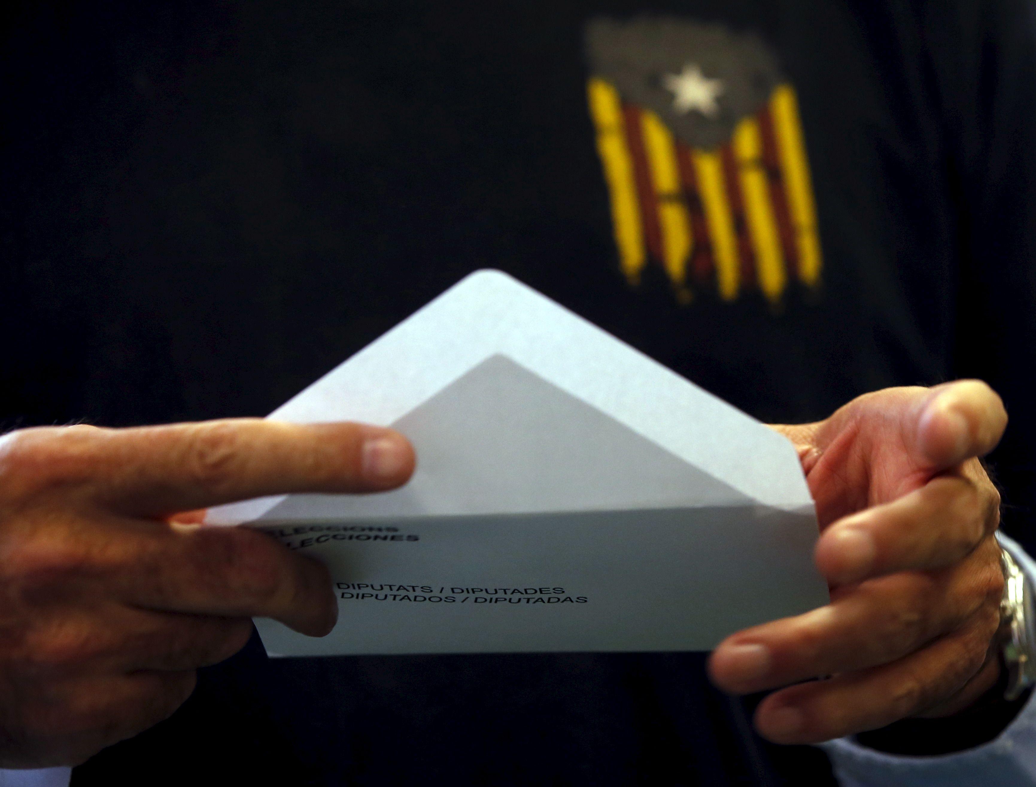"""La maire de Barcelone accuse Puigdemont d'avoir mené la Catalogne """"au désastre"""""""