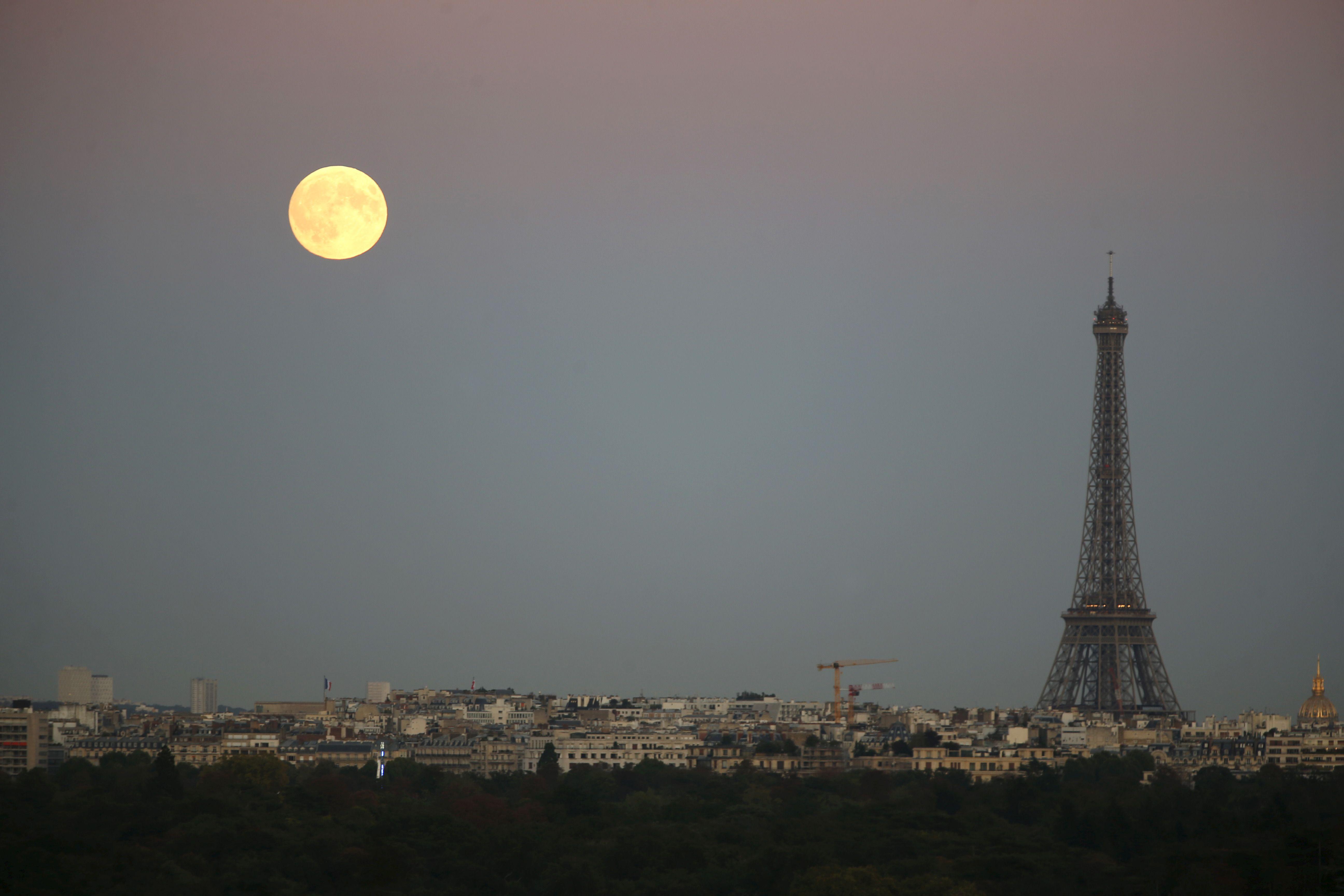 La super lune au dessus de Paris