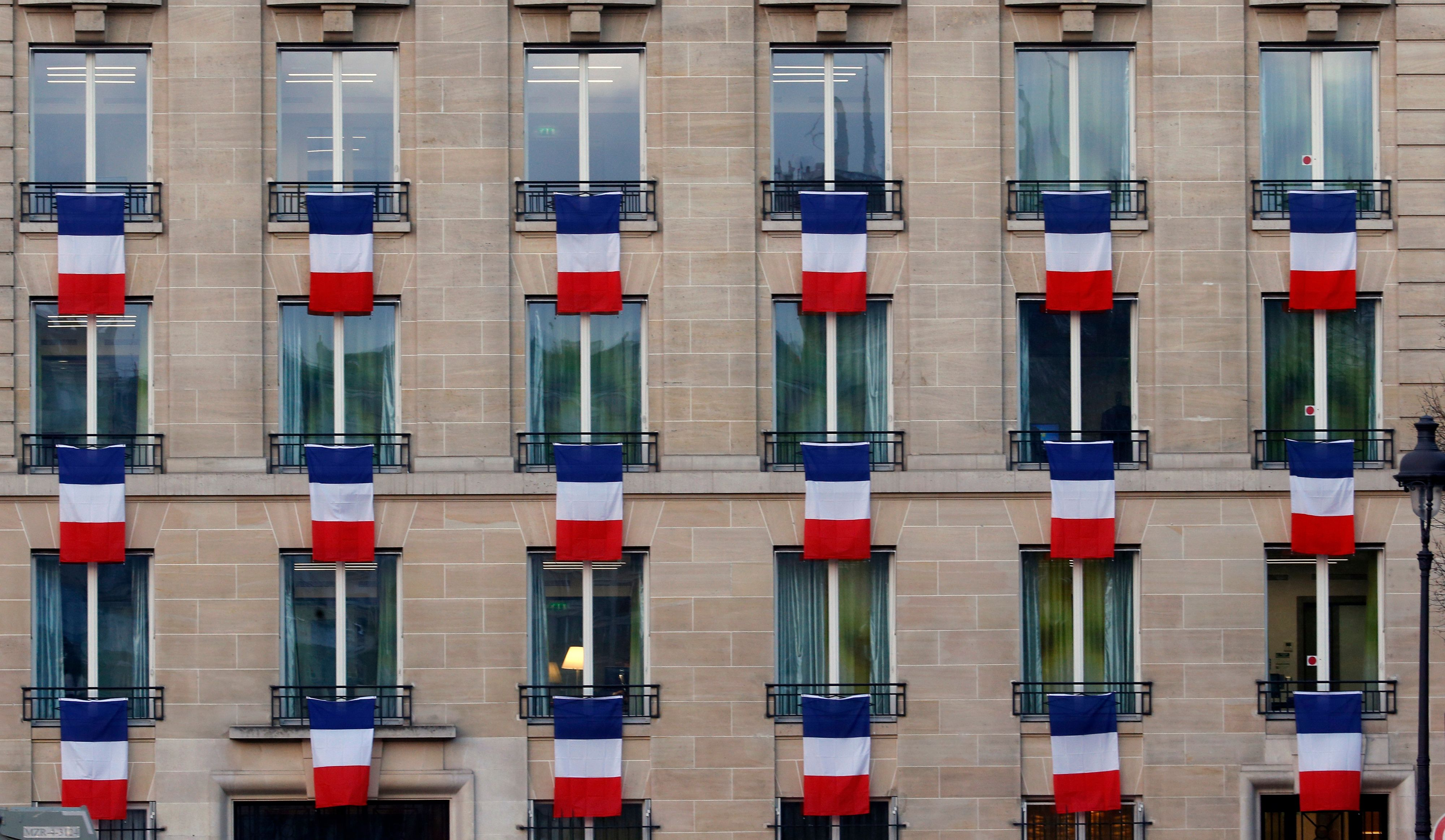 """François Hollande appelle à """"pavoiser"""" de drapeaux tricolores les maisons."""