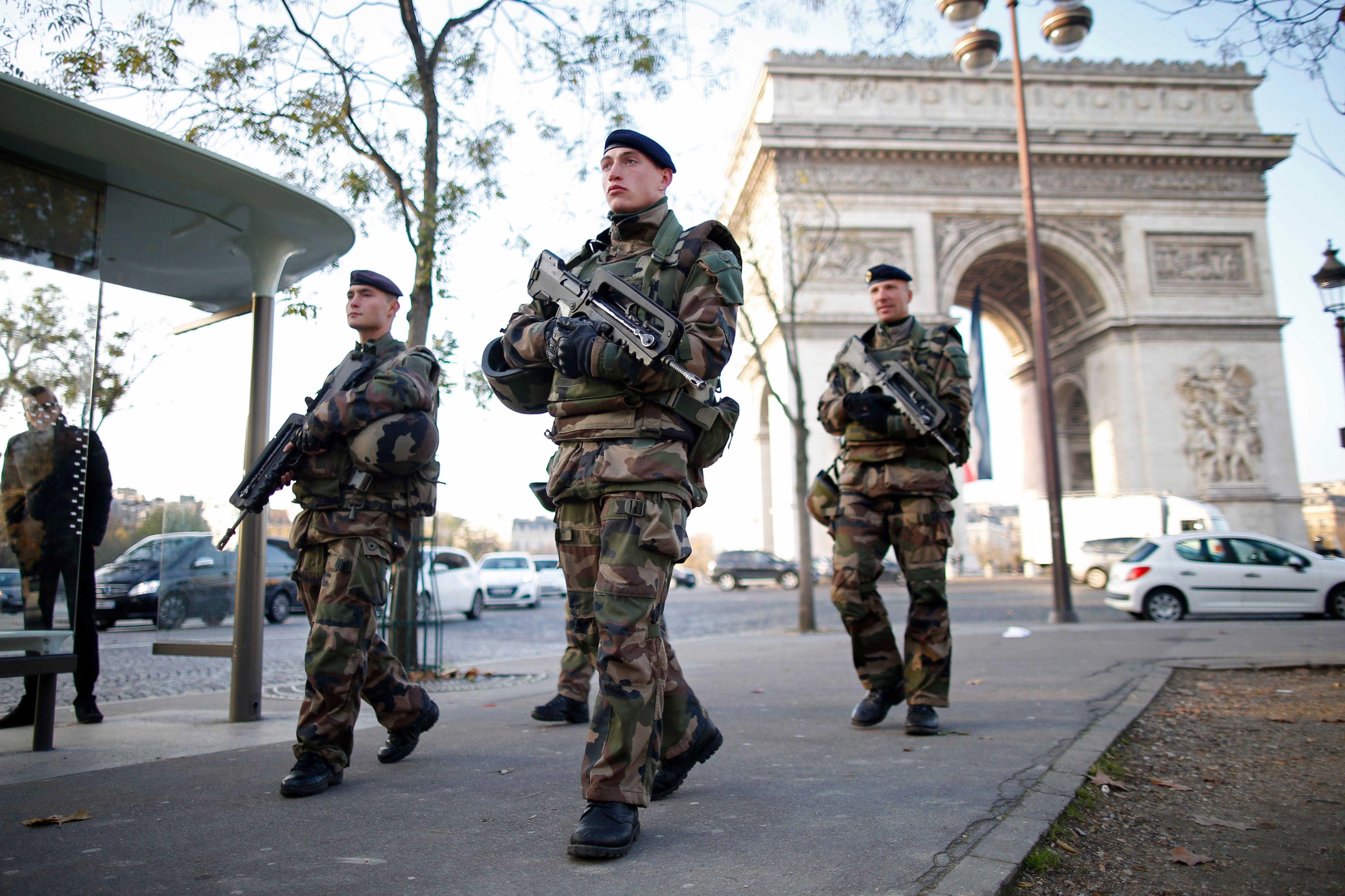 Champs-Élysées : une voiture contenant des explosifs fonce sur un fourgon de gendarmerie