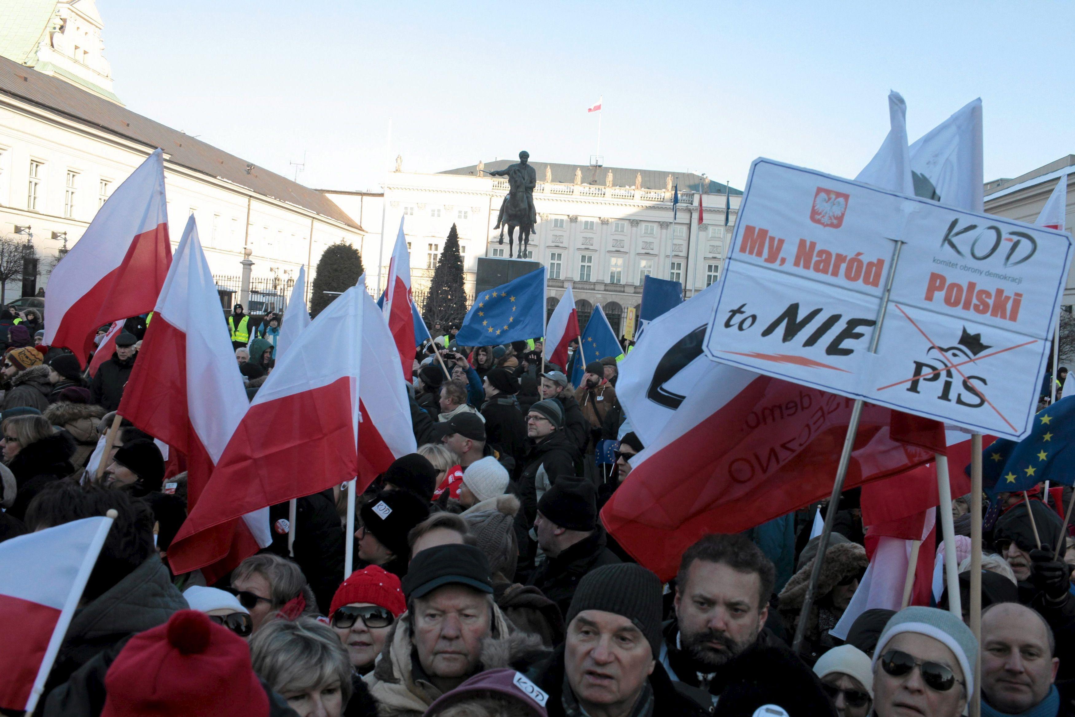 Suite à la victoire du parti nationaliste et conservateur Droit et Justice (PiS) en Pologne, on assiste à une dérive autoritaire dans le pays.
