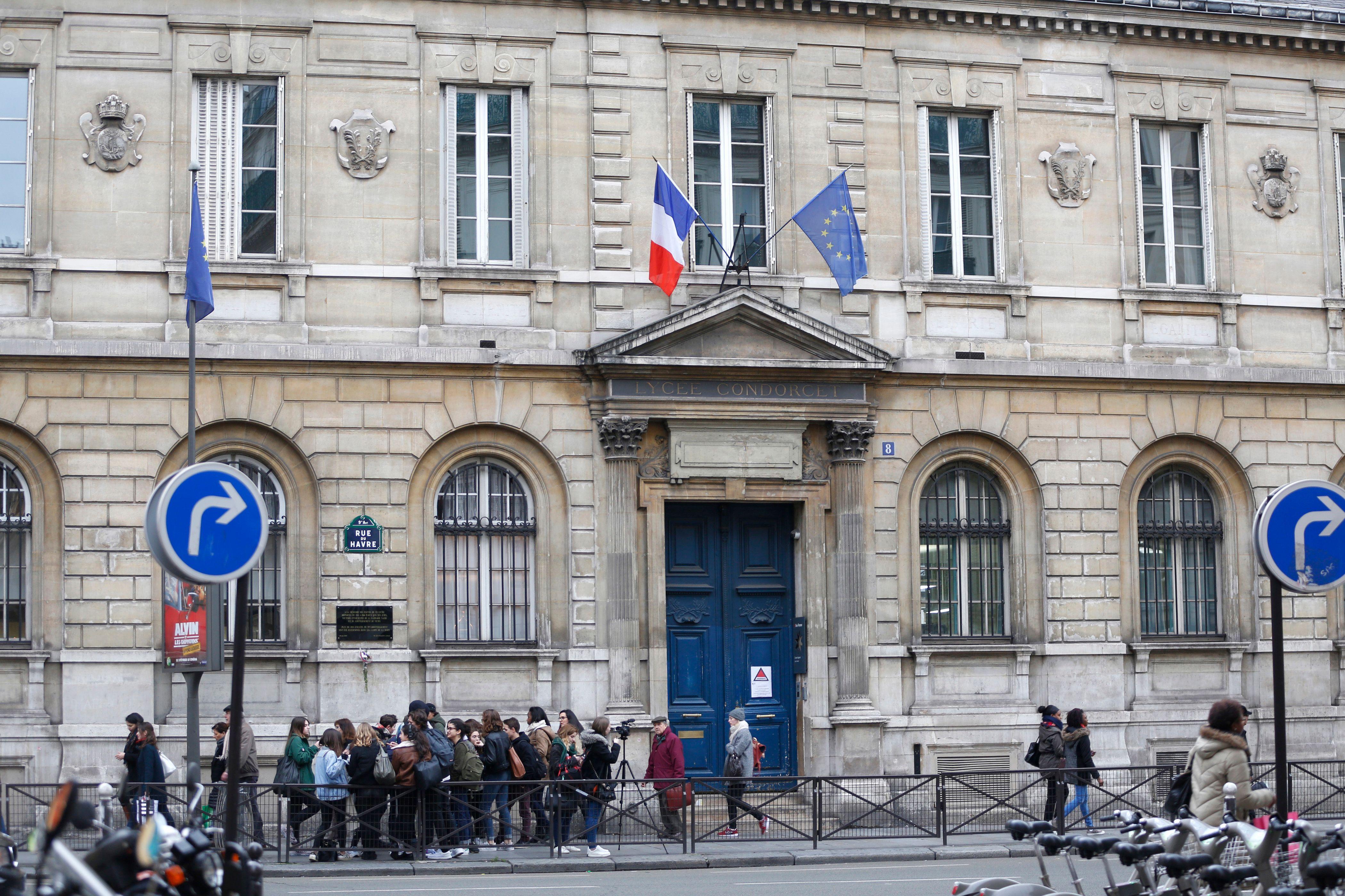 Les officiers de la Sûreté territoriale parisienne ont été envoyés près de Dijon, où le suspect a été interpellé, afin de pouvoir l'interroger.