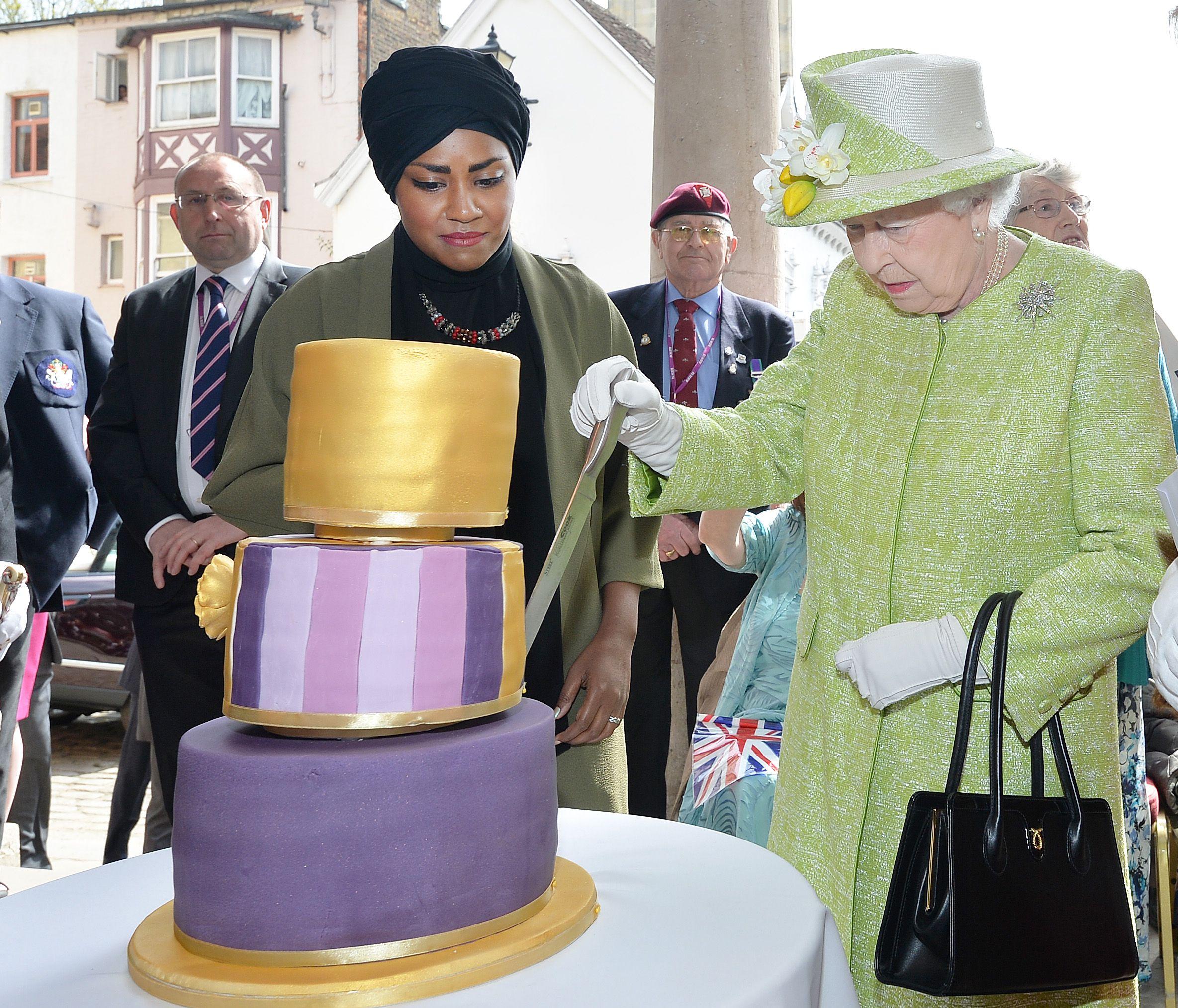 Hijab et birthday cake royal : la pâtissière de Sa Majesté était voilée et tout ce que les Britanniques ont retenu (eux), c'était que le gâteau penchait