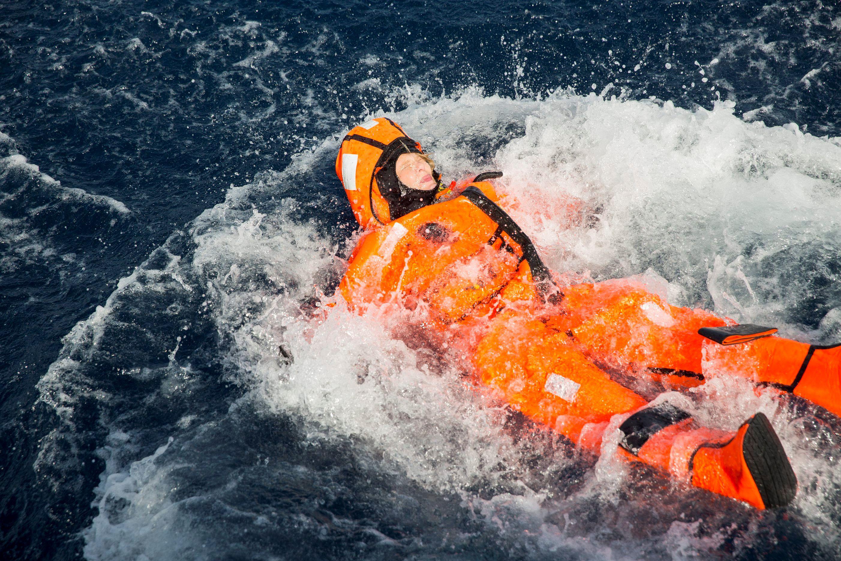 """Crise migratoire : une ministre norvégienne moquée après s'être jetée à l'eau """"comme les migrants"""""""