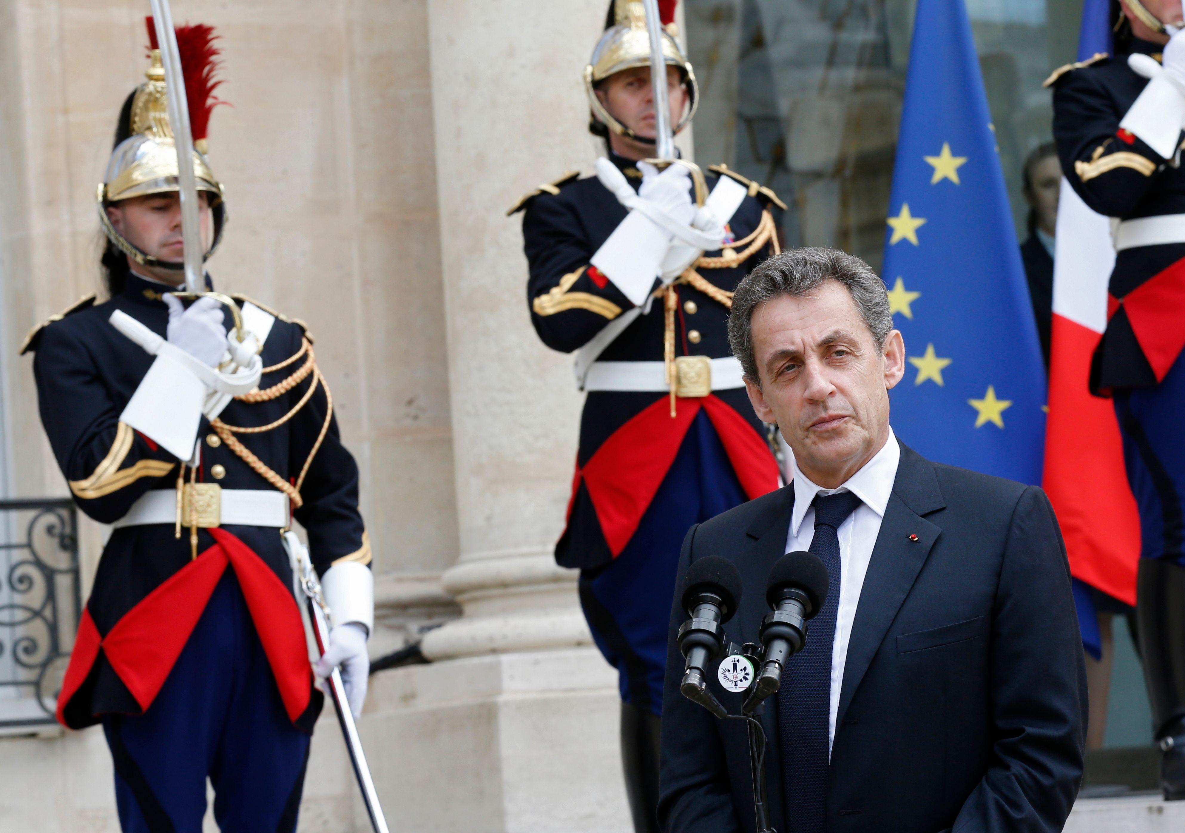 Je prends les paris : au premier sondage donnant Sarkozy gagnant, ceux qui le détestent aujourd'hui et annoncent son trépas politique retourneront casaque et lui feront des mamours.