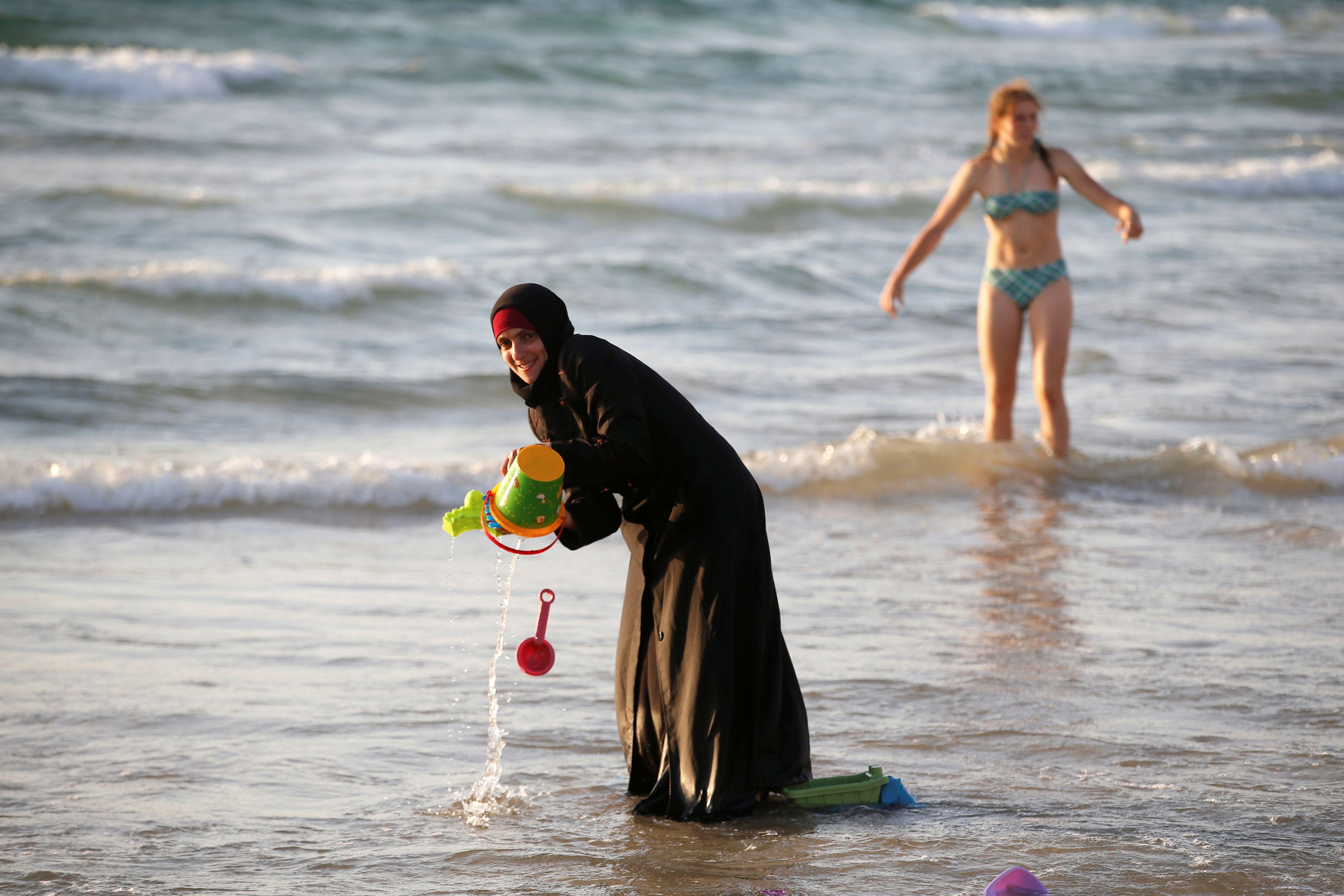 """Burkini : """"La photo de cette femme encerclée de policiers municipaux à Nice a fait plus pour le salafisme que cent prêches radicaux"""""""
