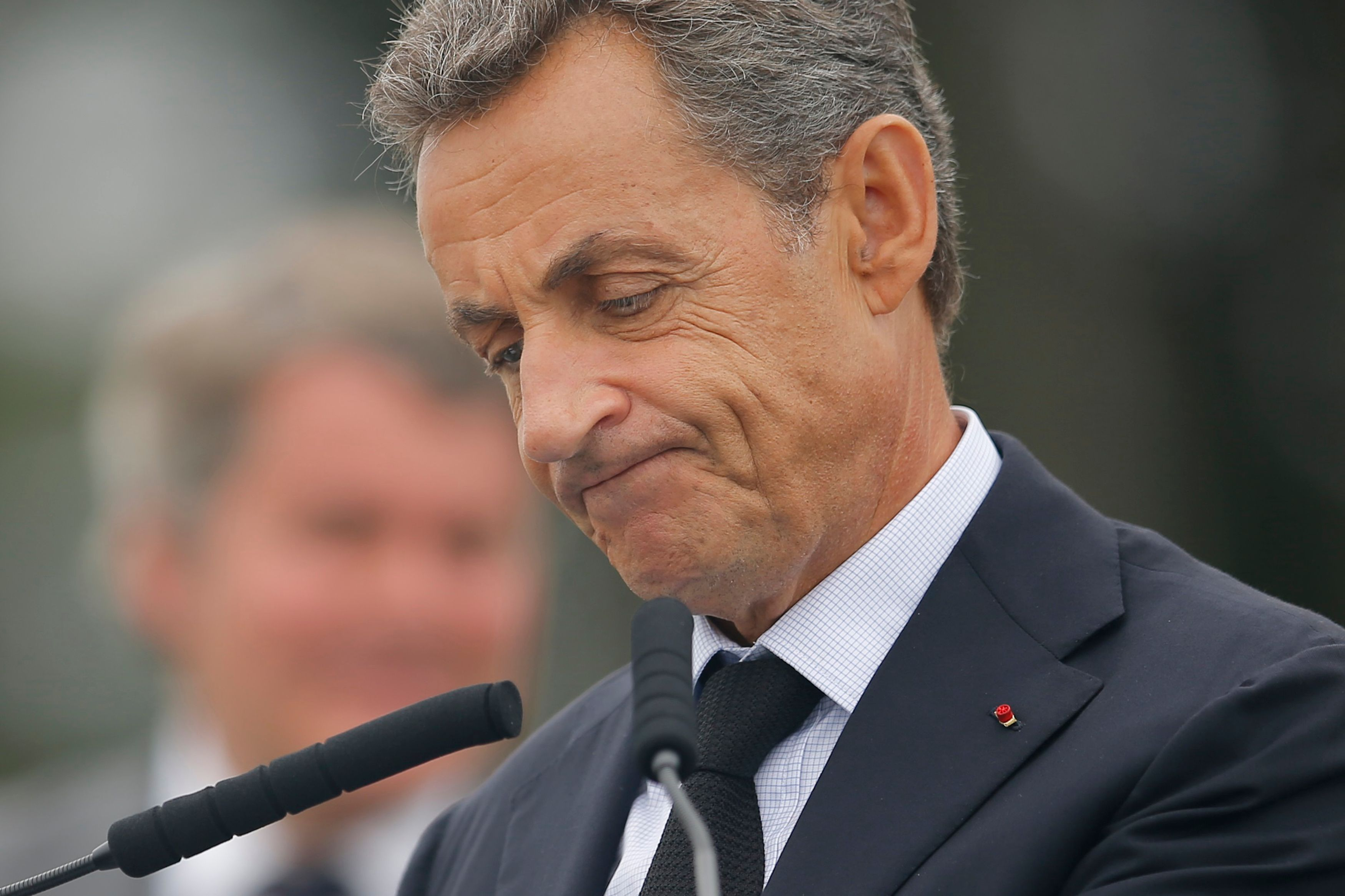 Des migrants arrêtés juste devant Nicolas Sarkozy, en visite à Calais