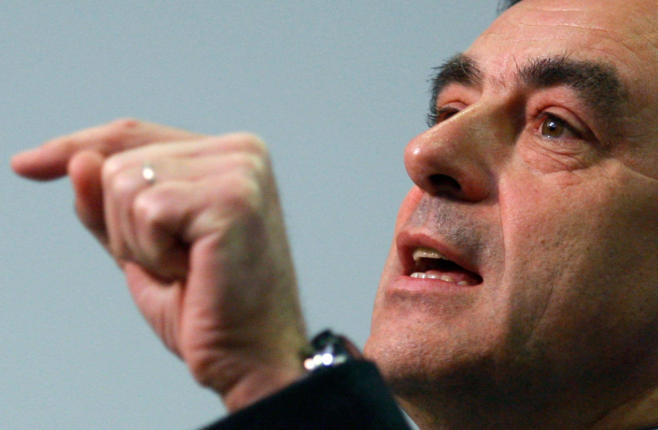 """François Fillon estime que """"Manuel Valls est un petit manœuvrier sans envergure"""""""