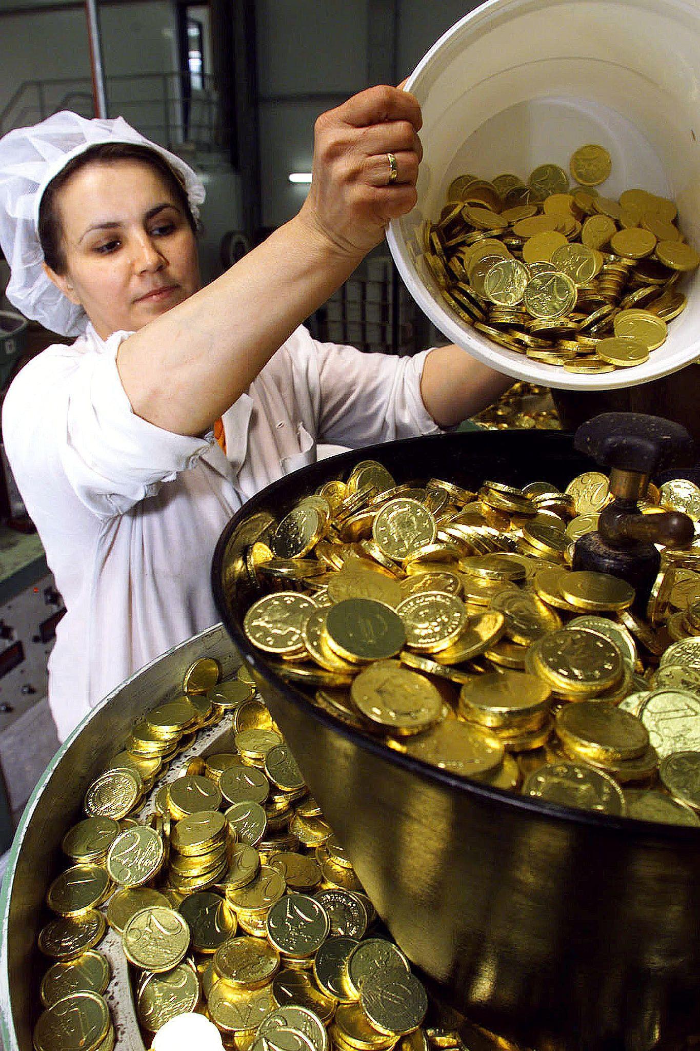 Photo d'illustration // Une employée dans une chocolaterie gérant des euros en chocolat.