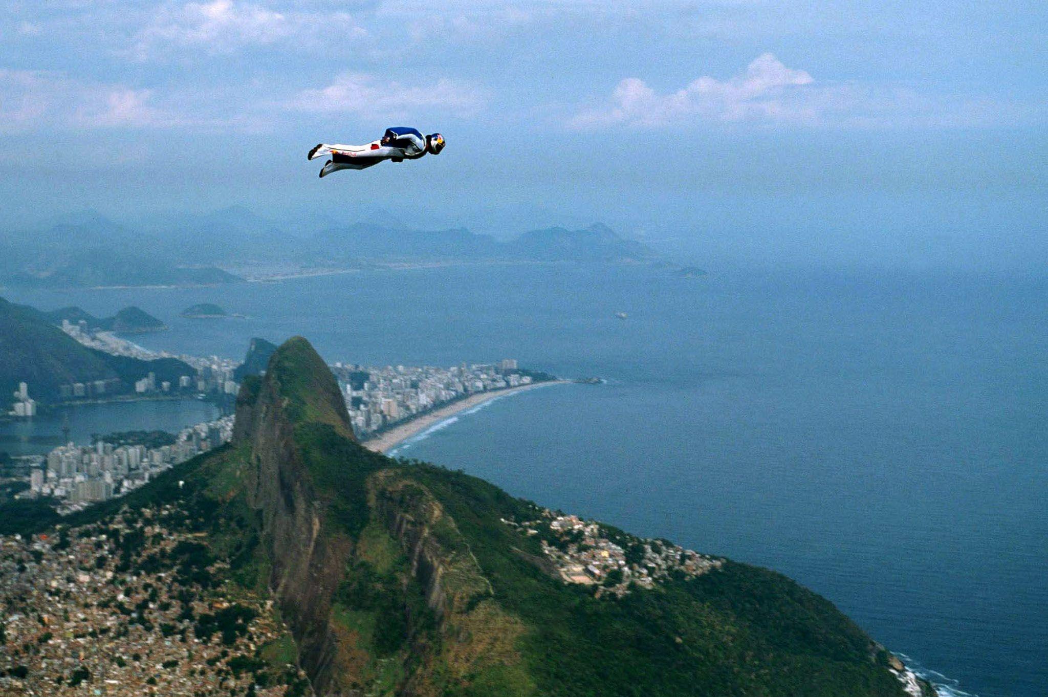L'Autrichien Felix Baumgartner saute en parachute pour devenir le premier homme à franchir le mur du son en chute libre.