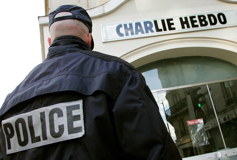Un hommage rendu à Charlie Hebdo boycotté par six écrivains, Salman Rushdie s'insurge