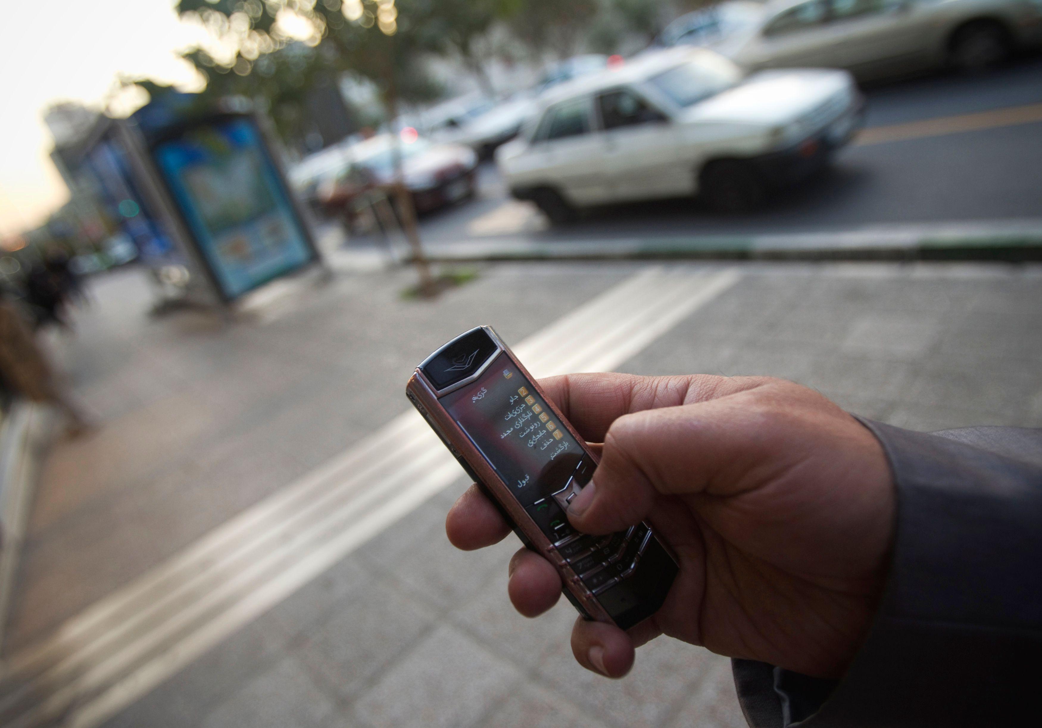 Téléphone mobile dans la rue