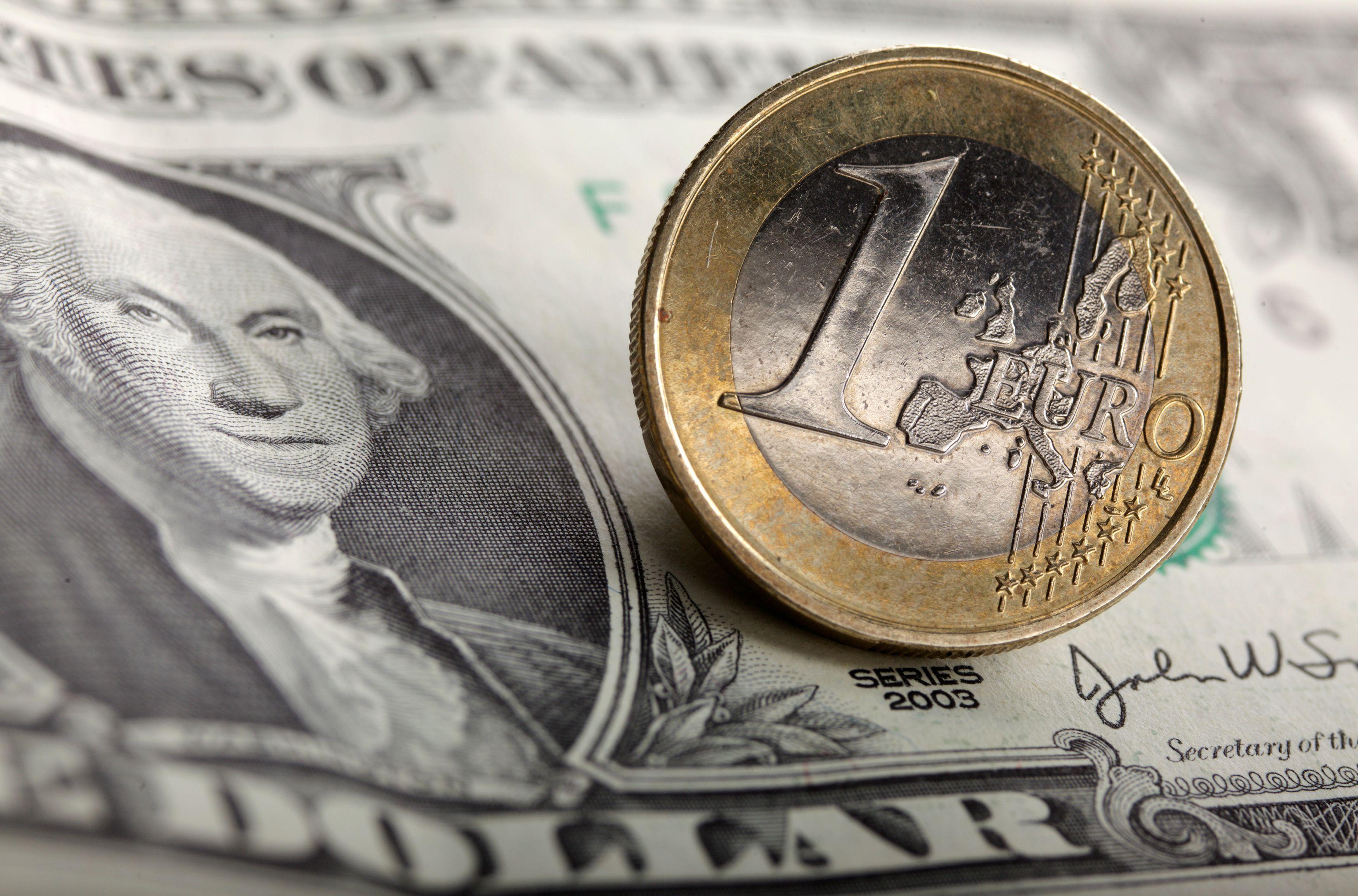40% des revenus de l'EI sont issus du pétrole, 40% proviennent des impôts ou des extorsions, et 20% proviennent de trafic d'antiquités volées et de donations.