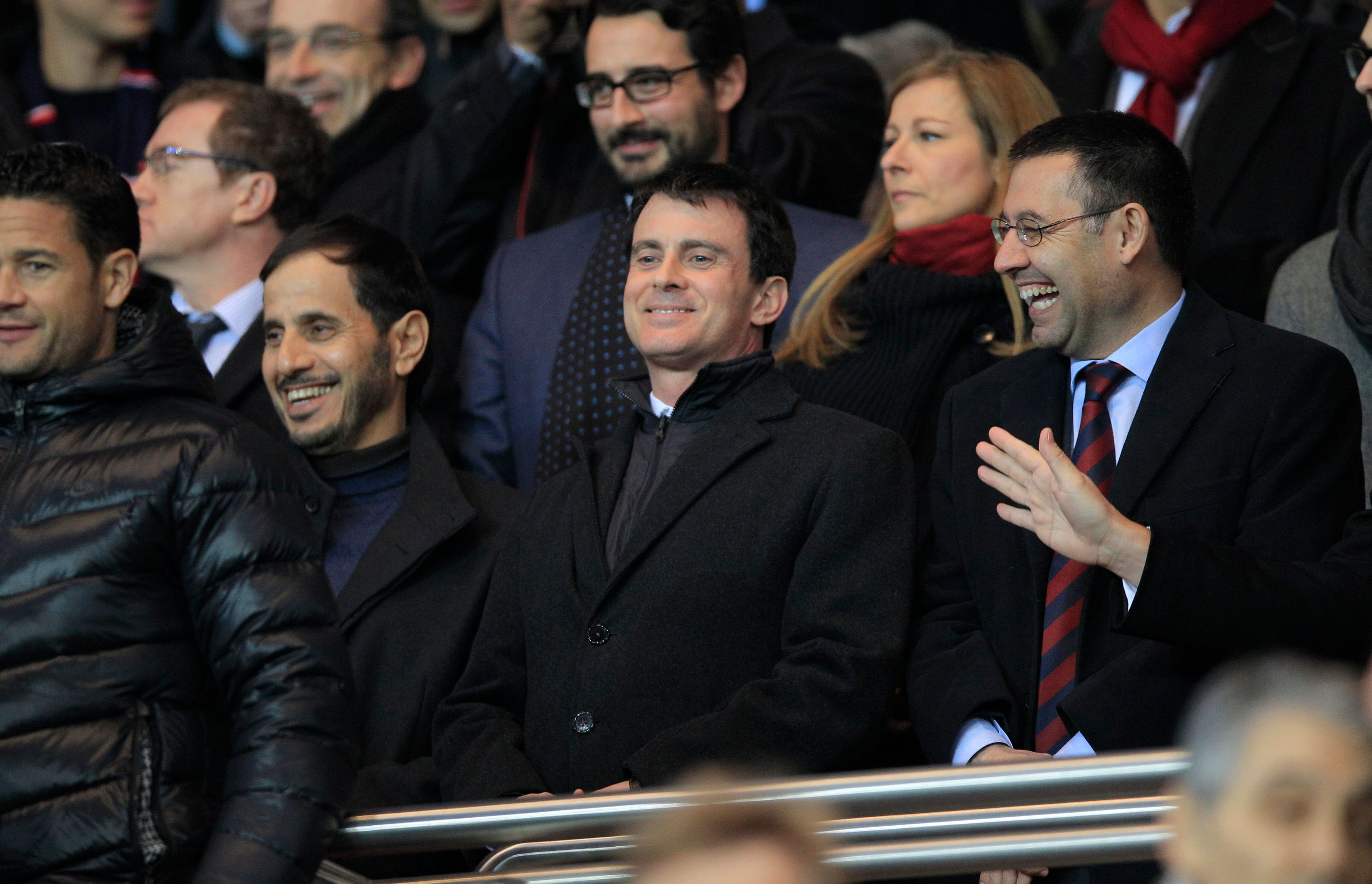 Manuel Valls assistant à un match de foot.