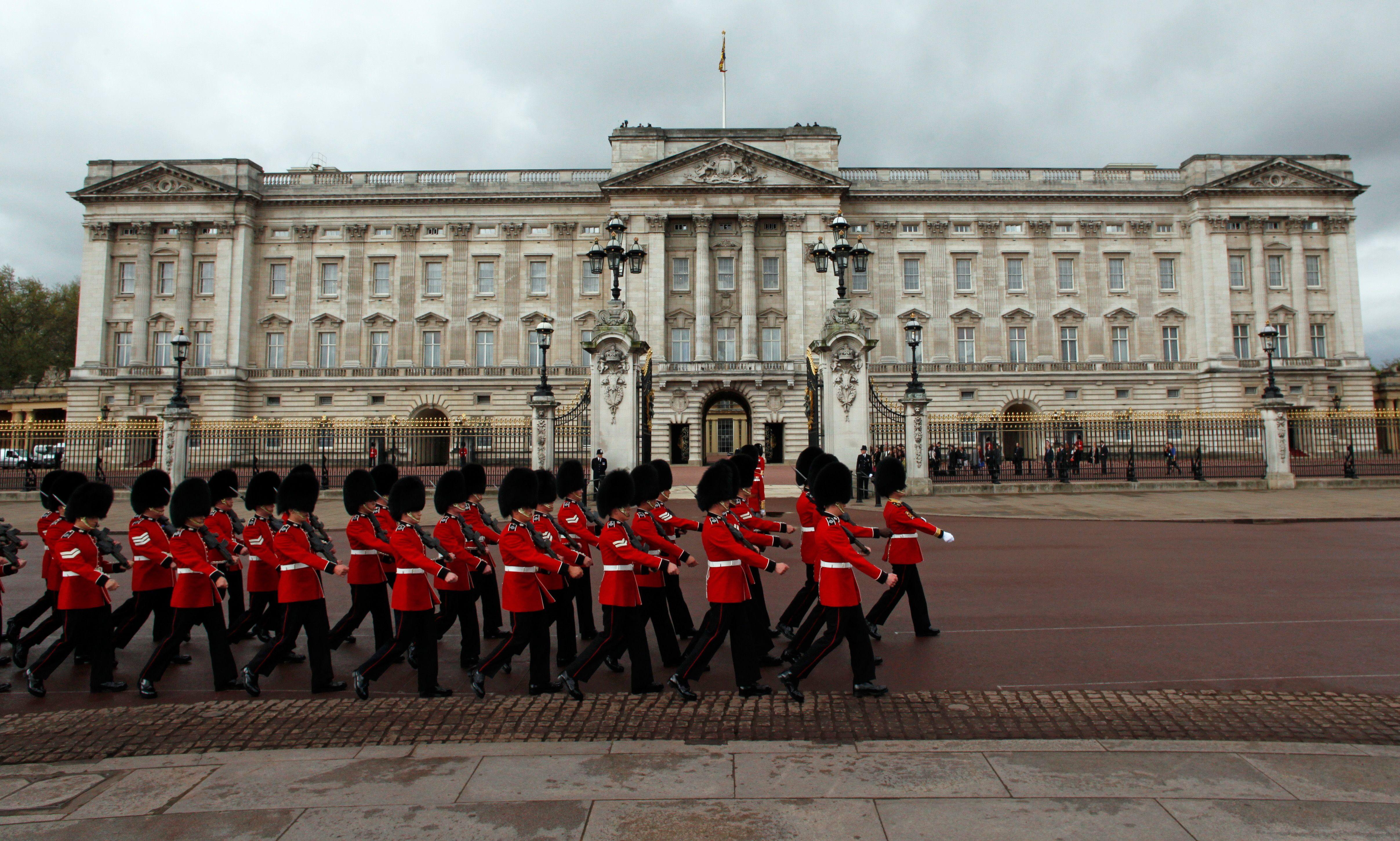 Londres : un homme attaque deux policiers devant le palais de Buckingham