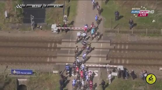 Paris-Roubaix: un TGV arrive, des coureurs forcent le passage à niveau