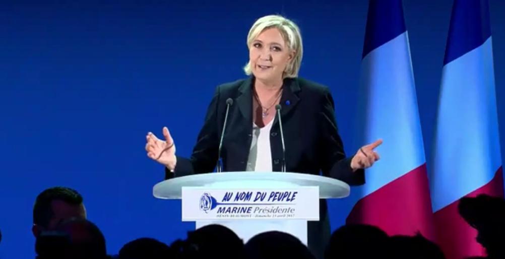 """Marine Le Pen s'attaque """"au candidat de la finance"""" Emmanuel Macron et à sa philosophie """"marche ou crève"""""""