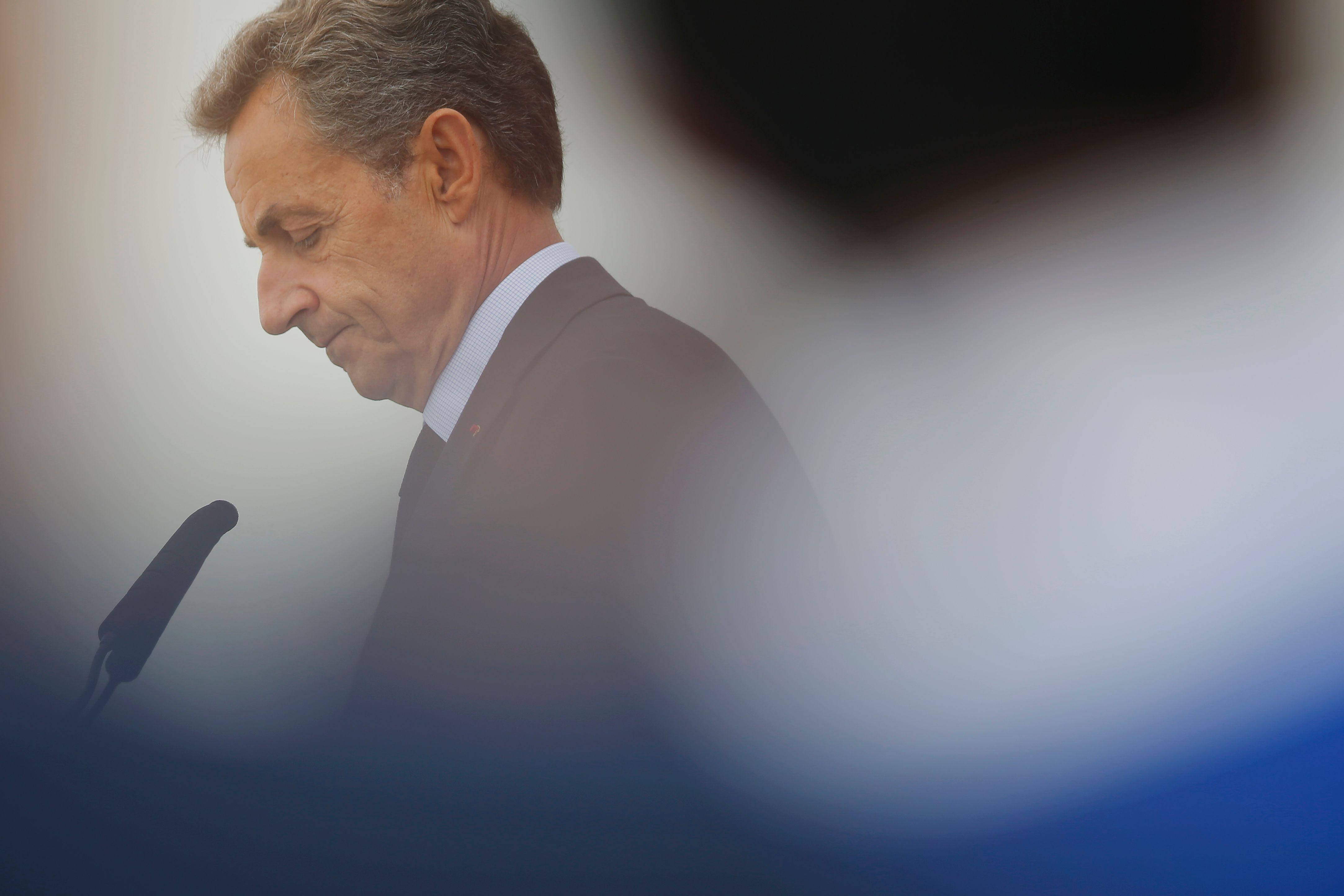 """Nicolas Sarkozy : """"Je n'accepte pas qu'on dise que je suis très droitier"""""""