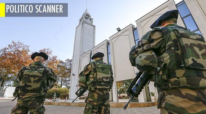 Des forces de l'ordre devant la mosquée de Lyon.