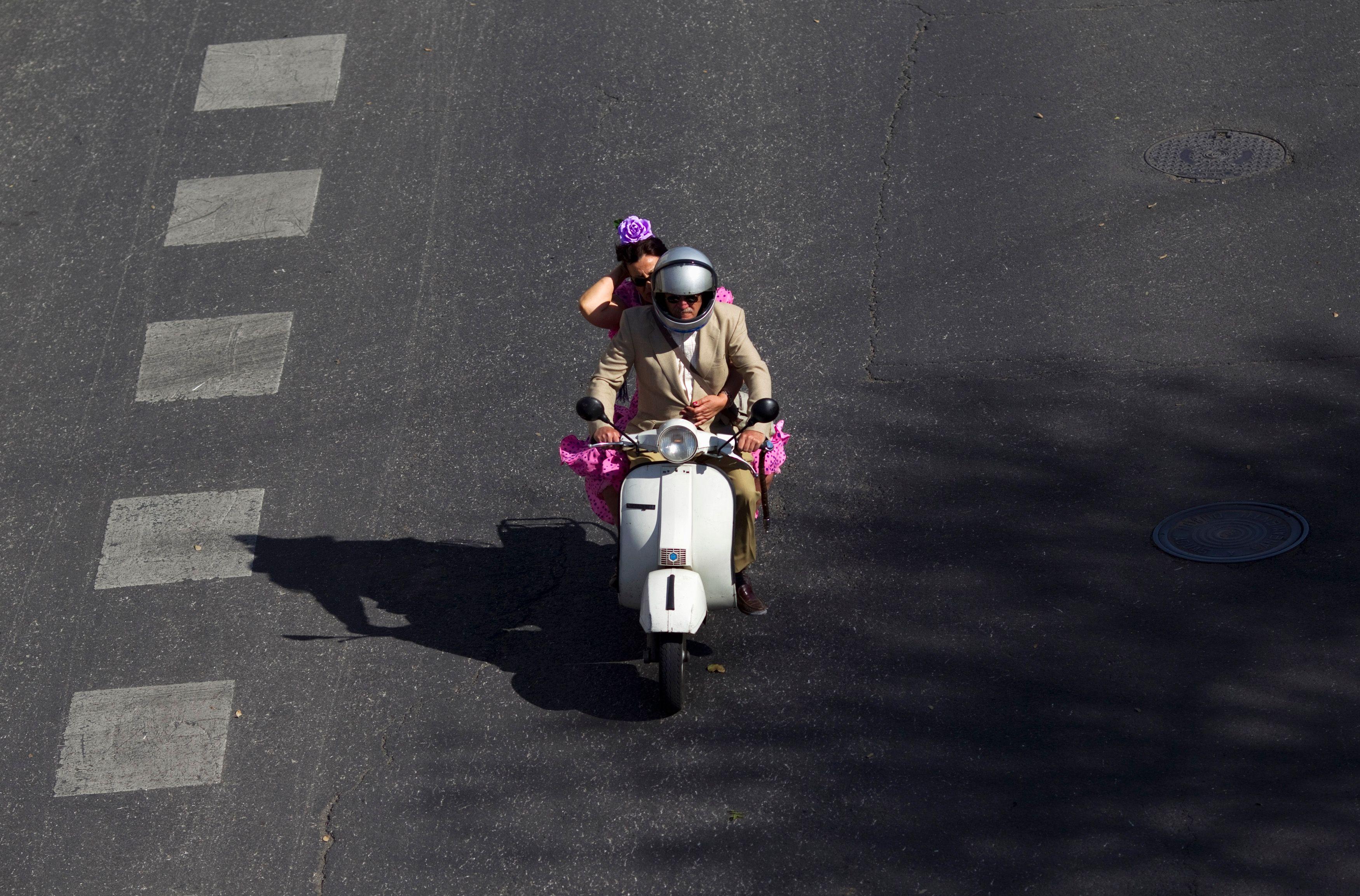 Les photos de Closer montre François Hollande sur un scooter.