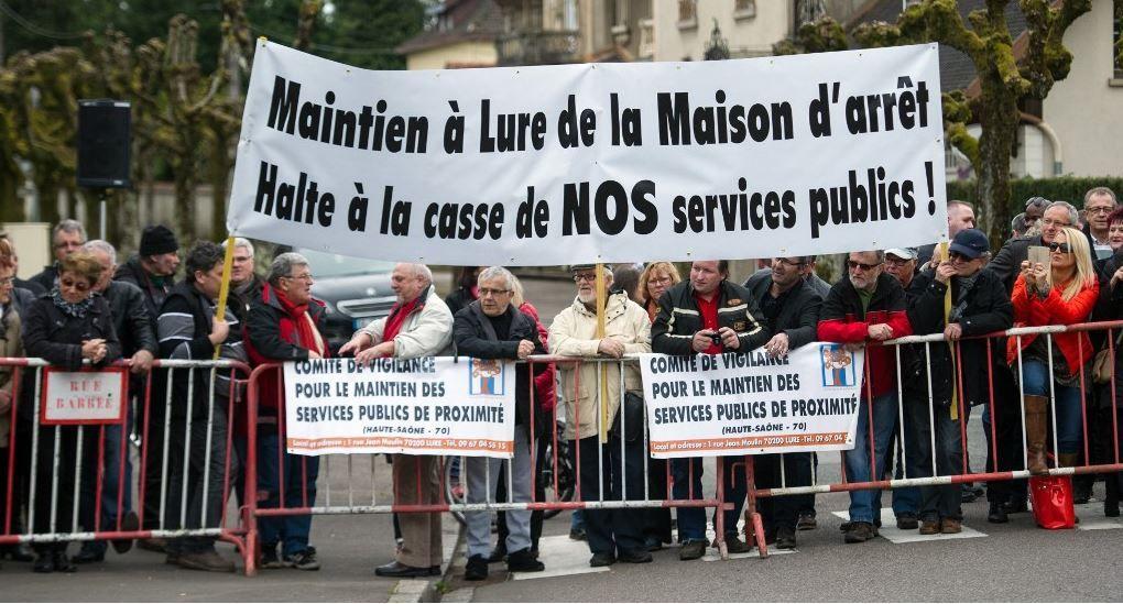 Des manifestants du Comité de vigilance pour le maintien des services publics de proximité lors de la visite du ministre français de la Justice le 3 avril 2015.
