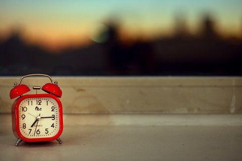 Que faire si vous avez du mal à vous endormir ? Ne restez pas au lit pendant des heures à essayer de trouver le sommeil. Si vous n'arrivez pas à vous endormir, disons dans la demi-heure ou les trois quarts d'heure qui suivent votre coucher, levez-vous !