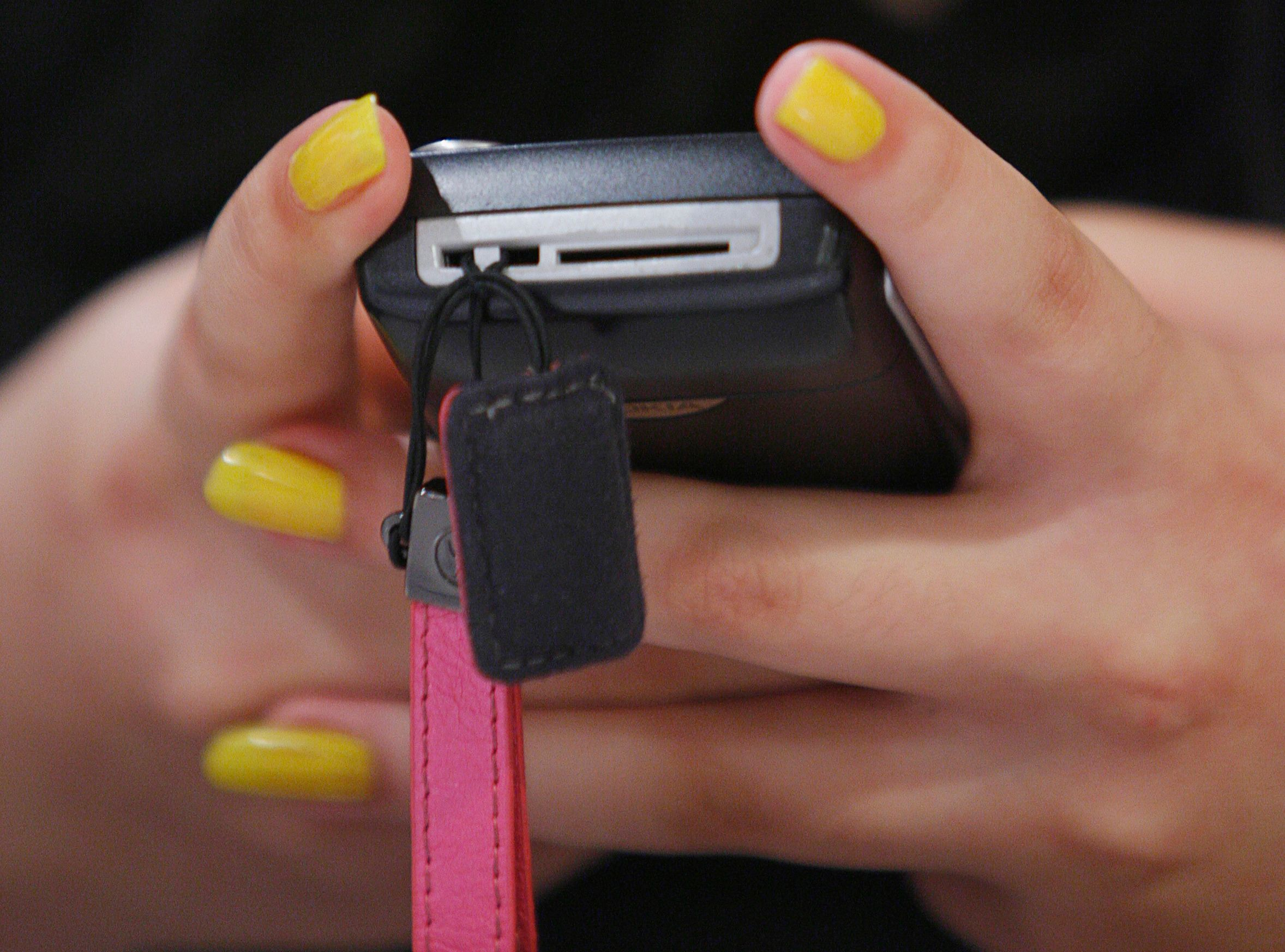 L'envoi d'un sms par téléphone portable oblige à une certaine inclinaison de la tête en avant.