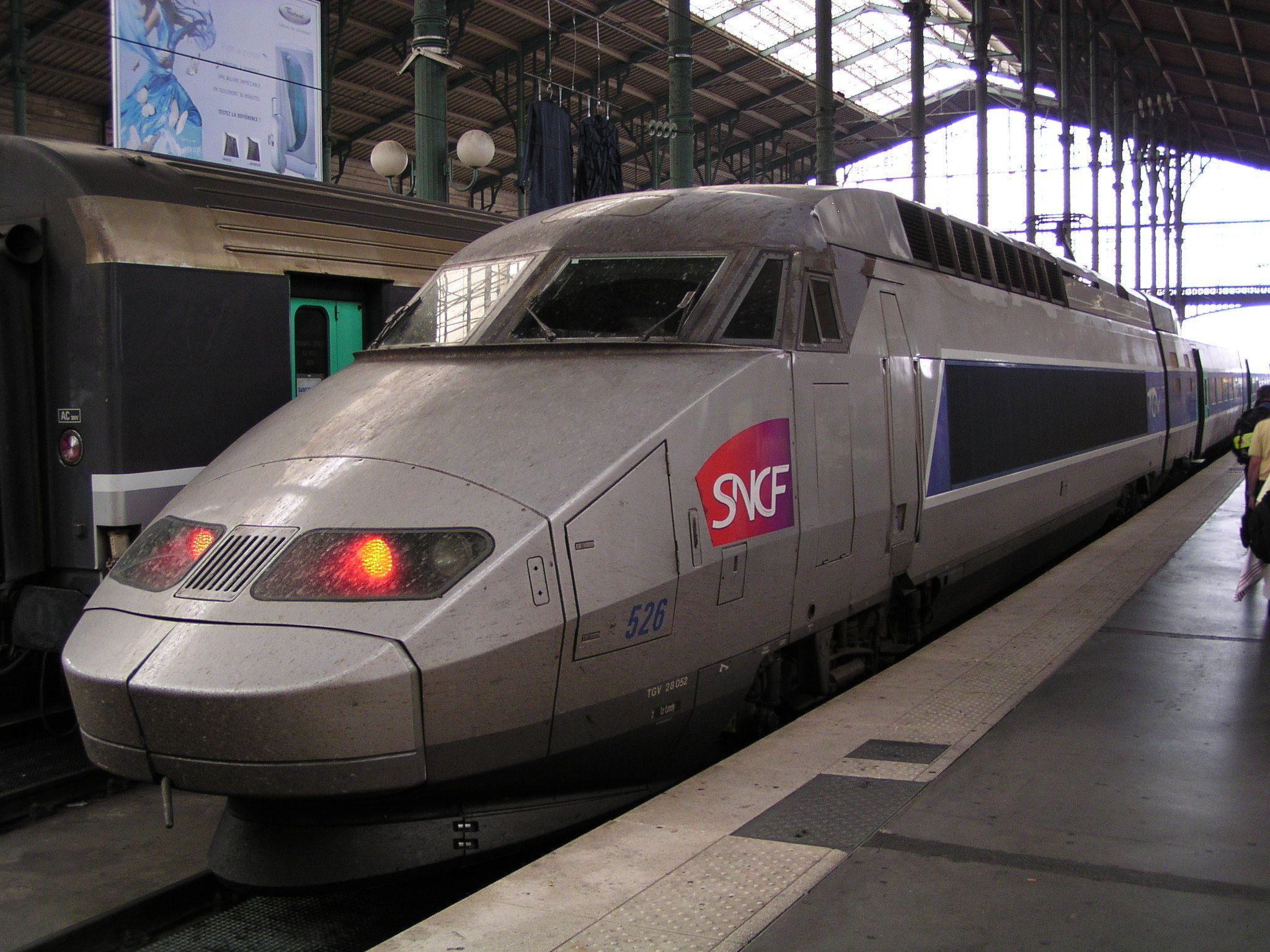 Caviar, champagne et écrans géants : l'inauguration des lignes LGV a coûté 3,6 millions d'euros à la SNCF