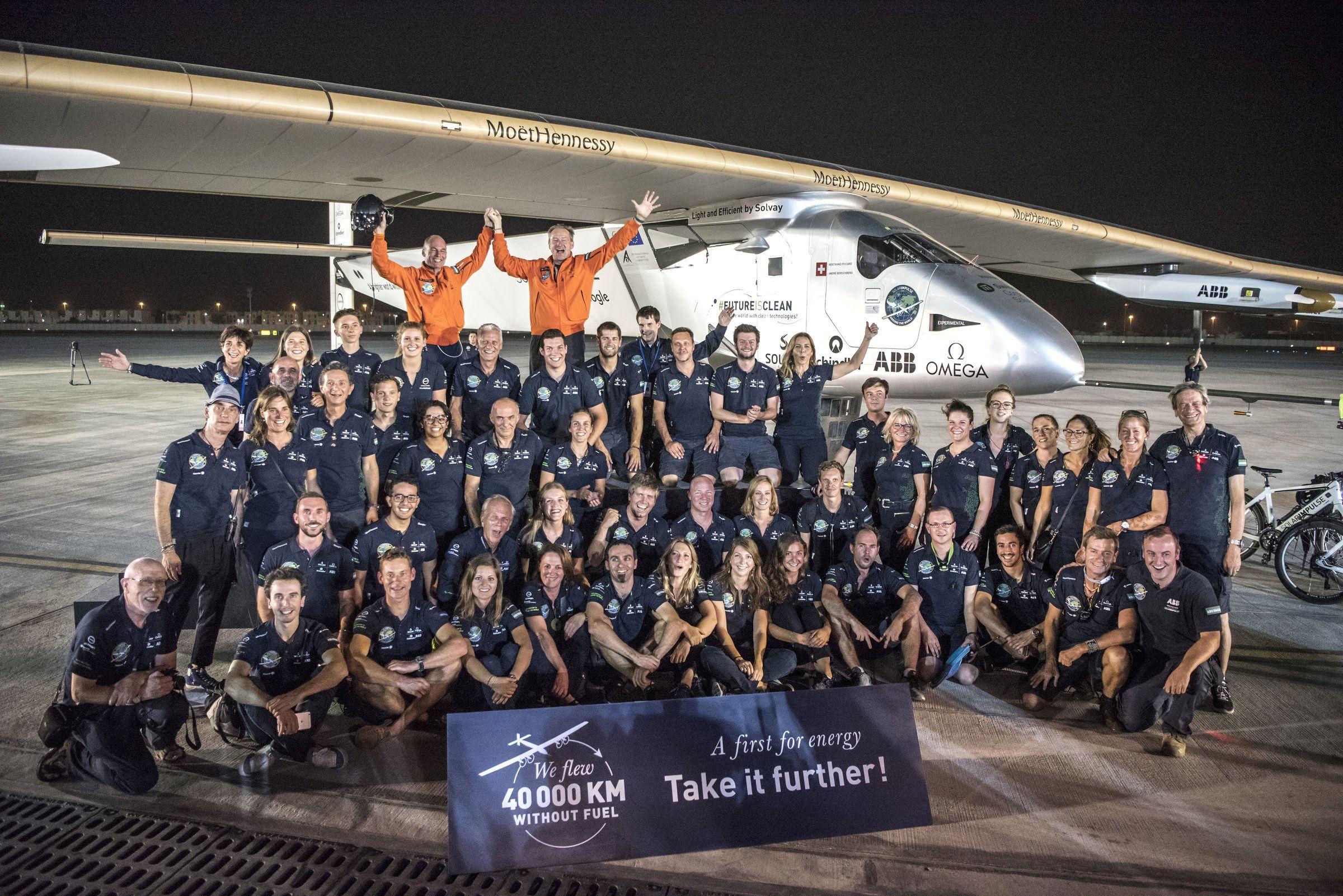 Les pionniers suisses Bertrand Piccard (à g.) et André Borschberg en joie avec l'équipe de Solar Impulse 2 après son atterrissage à Abou Dhabi, (Émirats Arabes Unis) le 26 Juillet 2016.