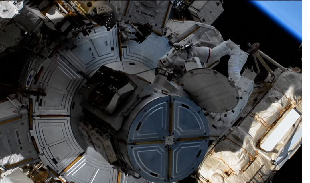 Thomas Pesquet et Shane Kimbrough effectuent ce mercredi une sortie dans l'espace pour mettre en place des panneaux solaires sur l'ISS.