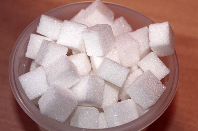 Entre le traditionnel café du matin, les plats préparés et autres pauses gourmandises, le sucre est partout.