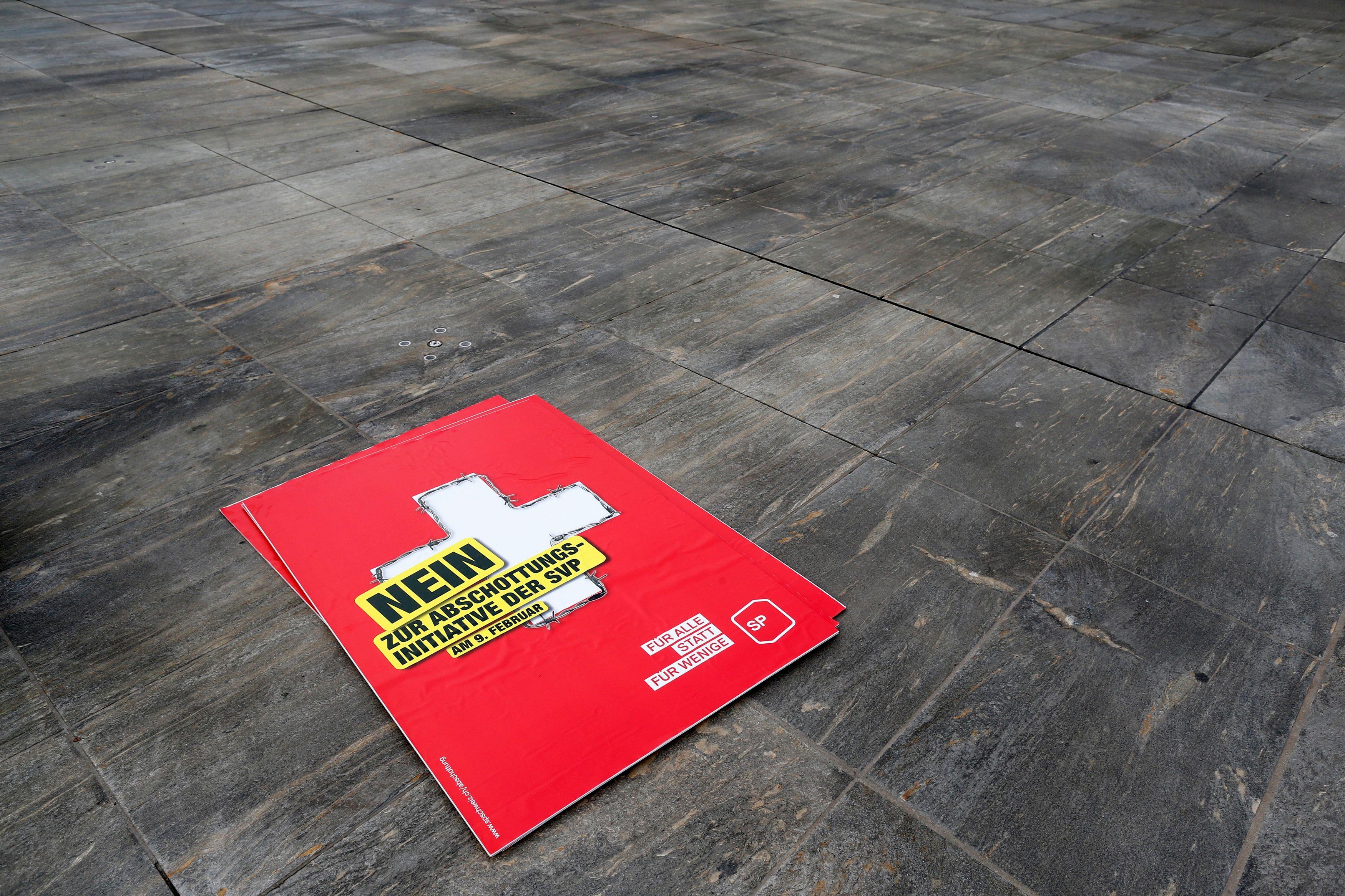 Affiche suisse anti-immigration massive.