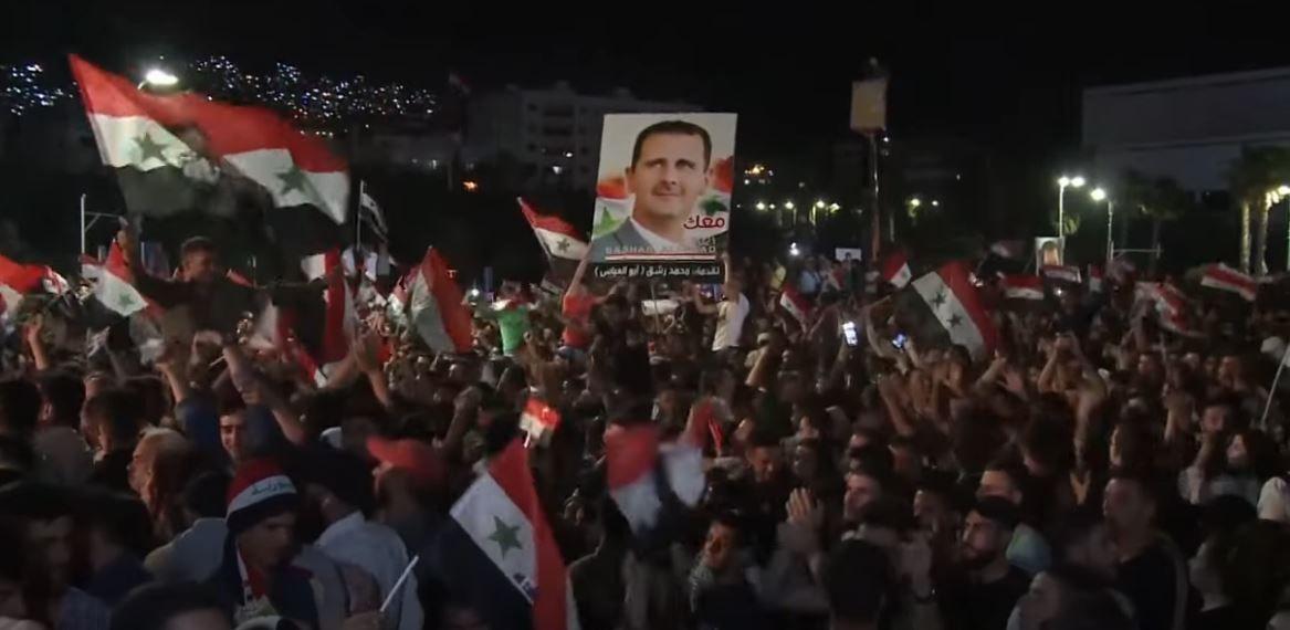La foule célèbre la nouvelle victoire de Bachar el-Assad en mai 2021.