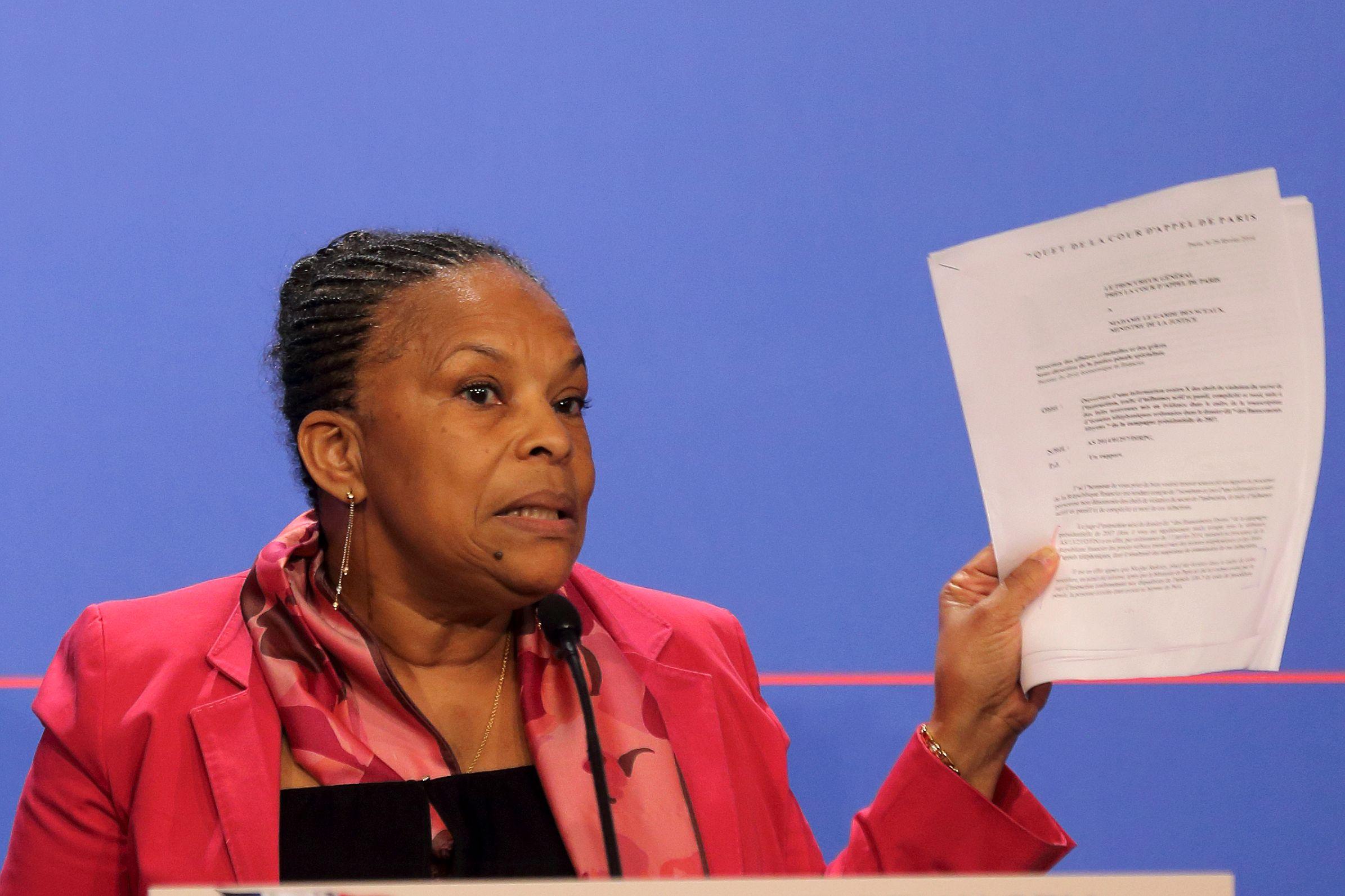 La ministre de la Justice Christiane Taubira a brandi lors d'une conférence de presse des lettres que lui ont adressé des magistrats sur les écoutes faites sur Nicolas Sarkozy.