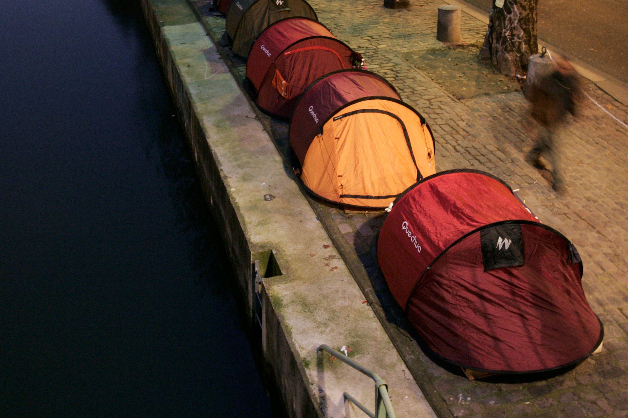 Photo d'illustration / Des tentes sur le bord de la Seine.