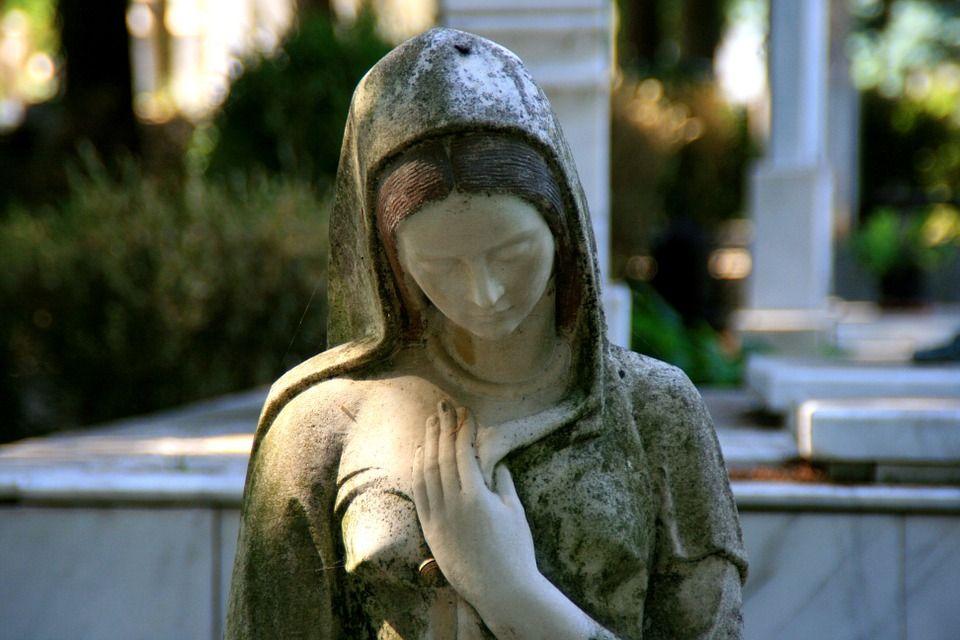 C'est avéré : les femmes sont plus croyantes que les hommes (sauf pour deux religions...)