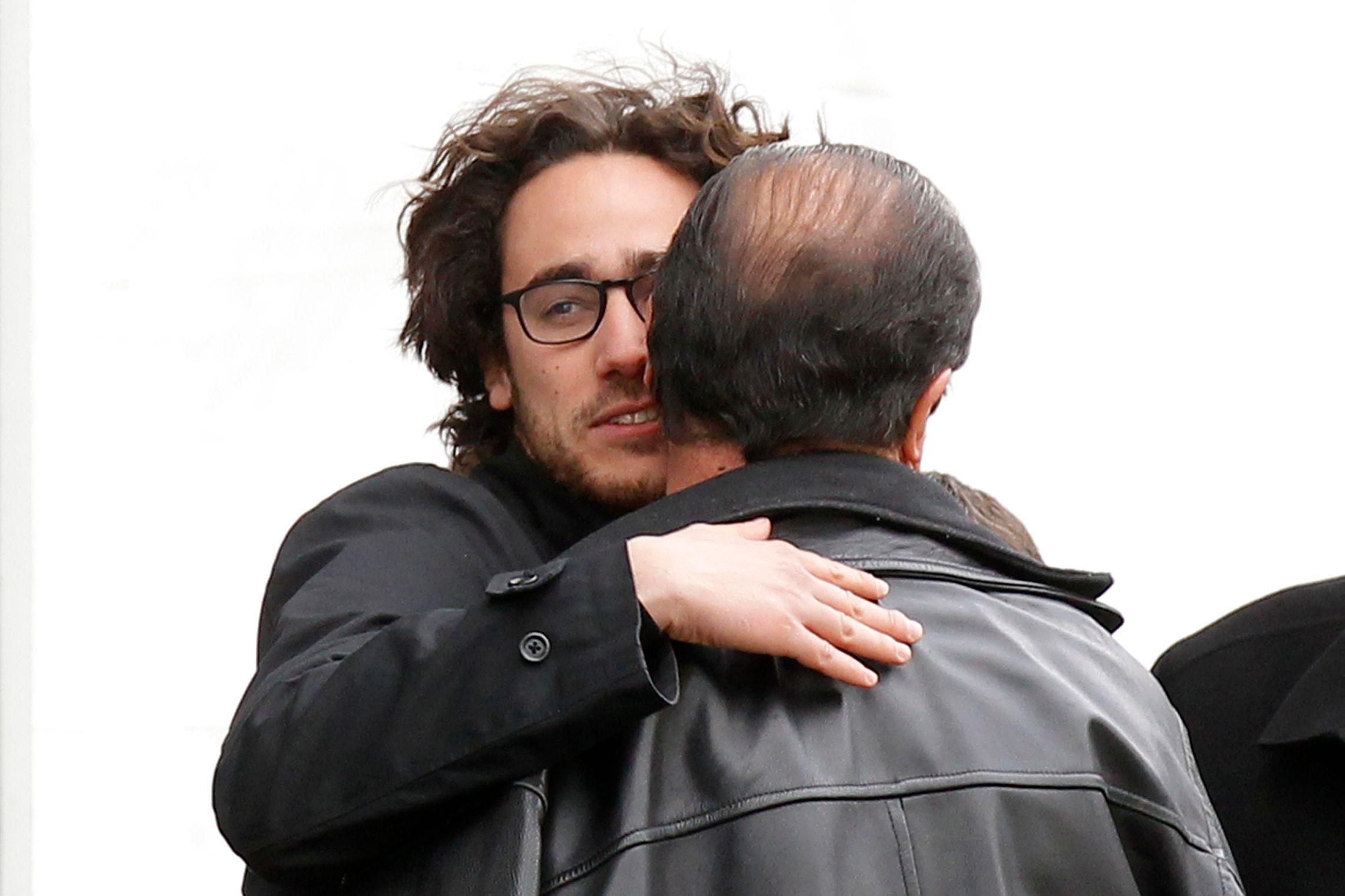 Thomas Hollande et son père se donnant l'accolade