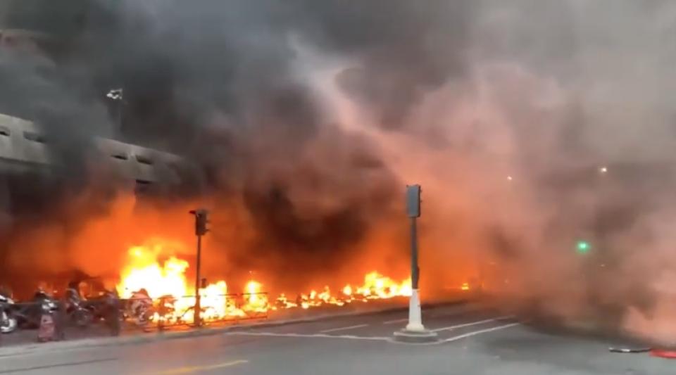 Incendies déclenchés à Paris lors d'affrontement entre manifestants et force de l'ordre